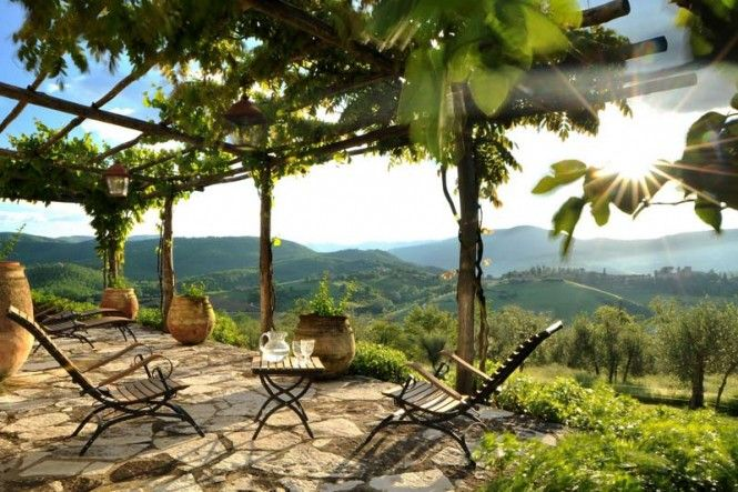Velkou předností zahrad ve svahu je možnost rozhledu, blízkost nebe a pocit soukromí.  Zahrada v italské Umbrii, Col delle Noci. Zdroj: www.home-designing.com