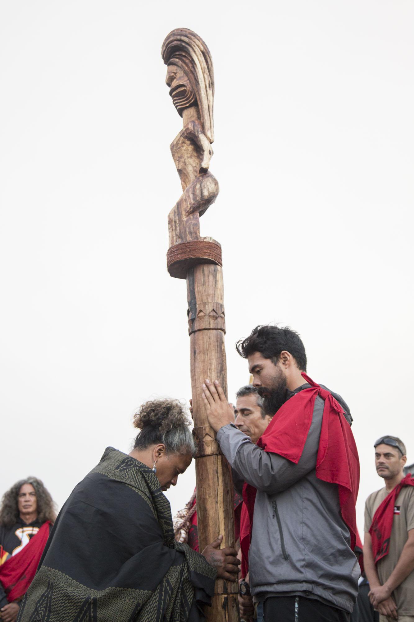 Kumu Kekuhi Kanahele gives blessing to Kūmokuhāliʻi, one of the kiʻi carved by Hui Kālai Ki'i o Kūpā'aike'e. In three days, the carvers of Hui Kālai Ki'i o Kūpā'aike'e were able to create four beautifully made ki'i named Huluhulu, Kāne, Kūmokuhāliʻi, and Wahinenohokapu. They were gifted to new Kahu, Kahoʻokahi Kanuha, Lanakila Manguail, Kualiʻi Camara, and Pua Case, through a mō ka piko ceremony on August 12, 2019.
