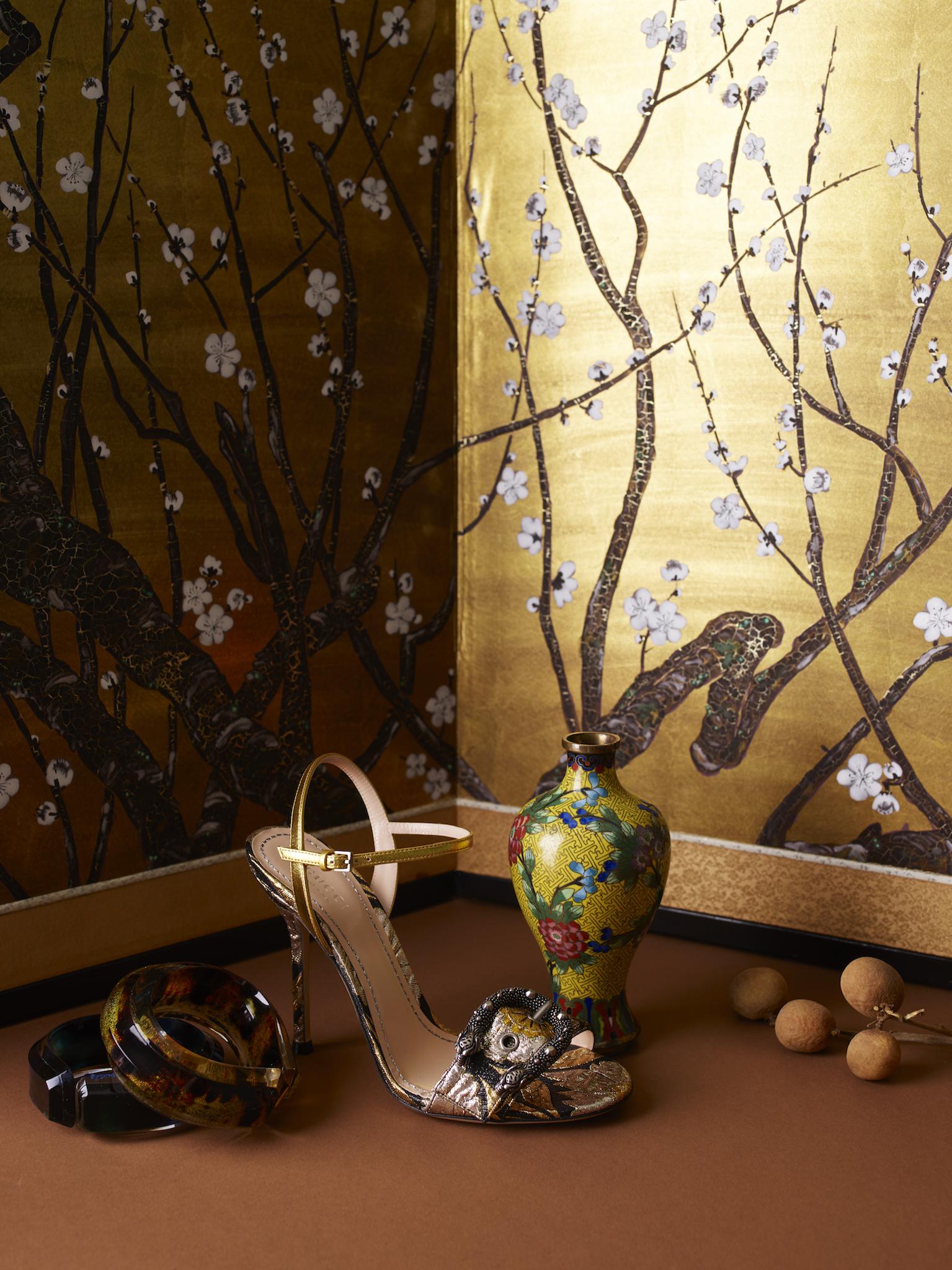 Sko: GUCCI Armbånd: JOYCE FRANCIS / Elleville Design Antik vase / Rydeng Oslo