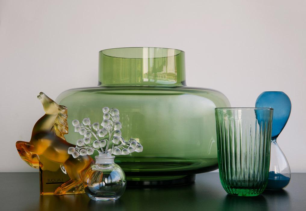 Hest og flakong: LALIQUE / INTERIØR GALLERIET Stor grøn vase: MARIMEKKO Glas: KÄHLER DESIGN Timeglas: HAY