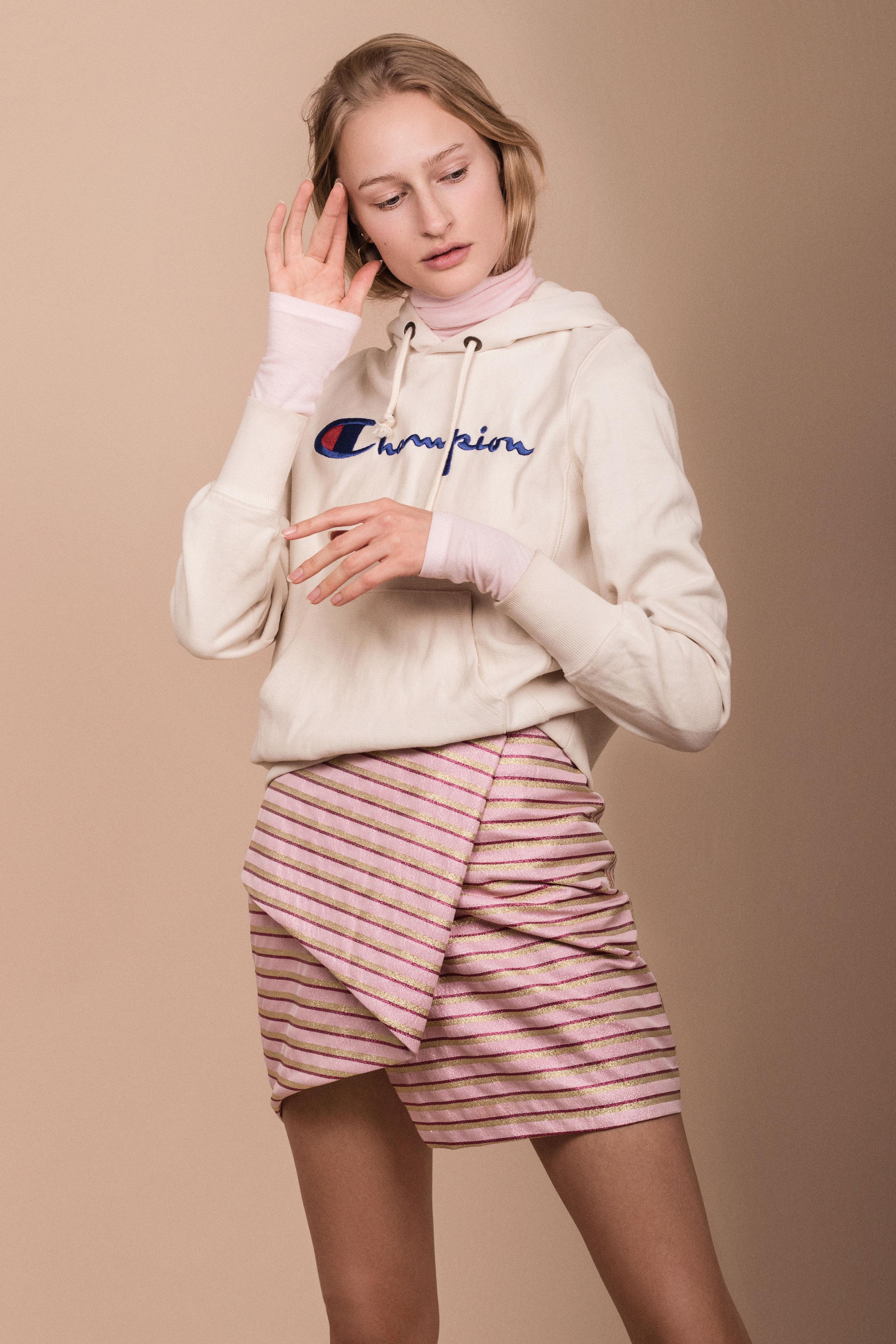 Høyhalset genser fra  Bruuns Bazaar  fra Zalando Hettegenser fra  Champion  fra Zalando Skjørt fra  Custommade  Øredobber fra  Made