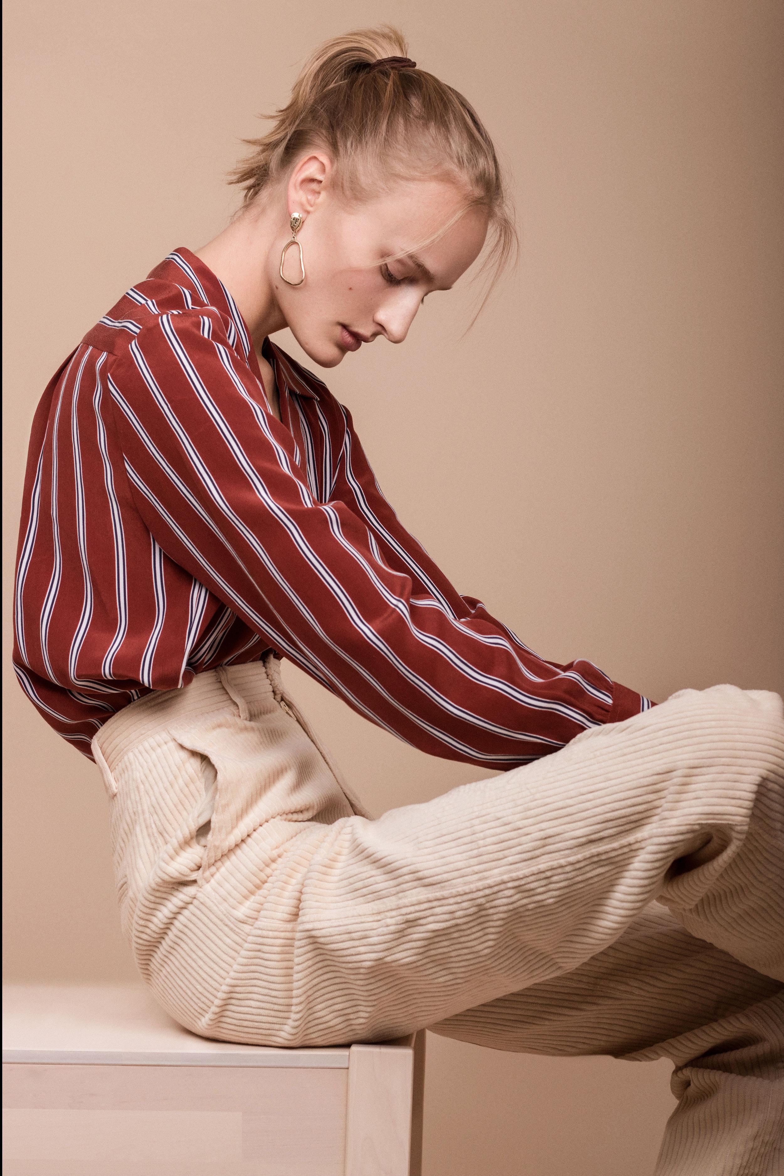 Skjorte fra  Frame  Cordfløyelsbukse fra  H&M  Øredobber fra  Weathered Penny