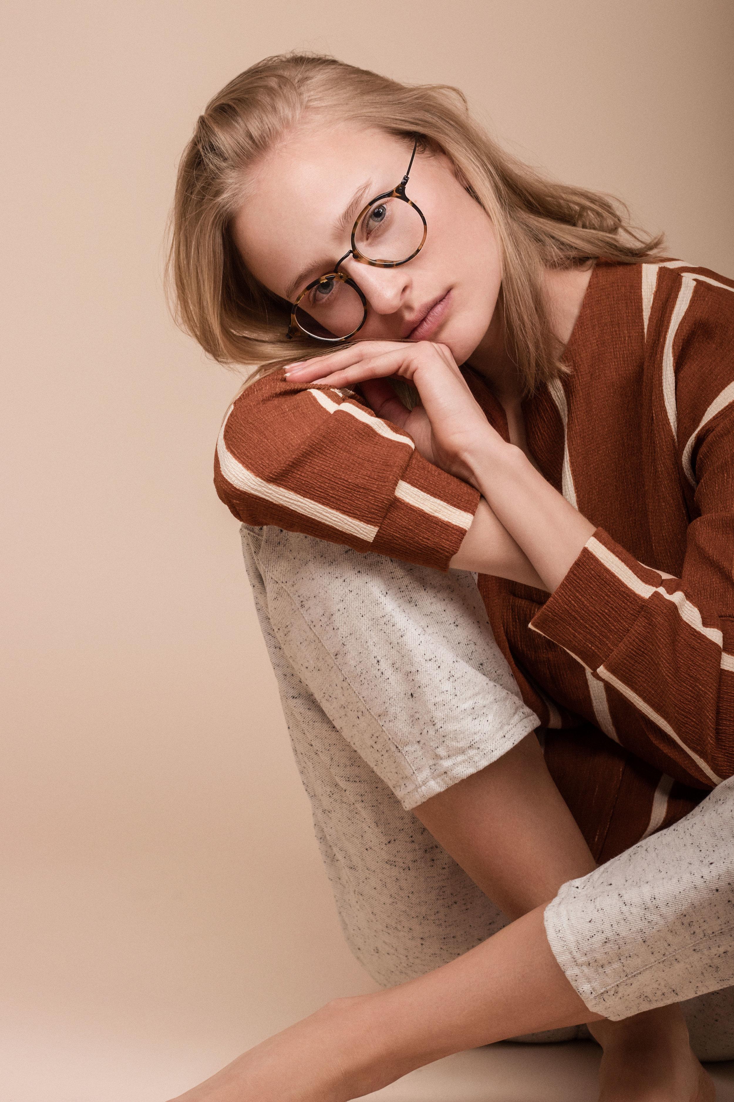 Topp fra  Zara  Bukse fra  COS  Briller fra  RayBan