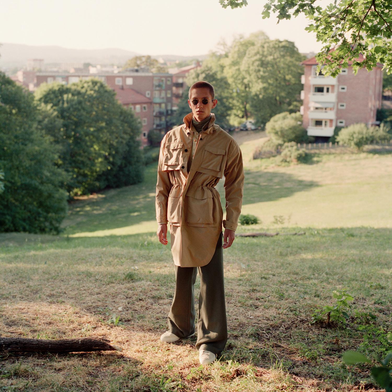 Regnfrakk: Norwegian Rain Skjorte: H&M Turtleneck og bukse: COS Sko: Diemme Solbriller: Thom Browne