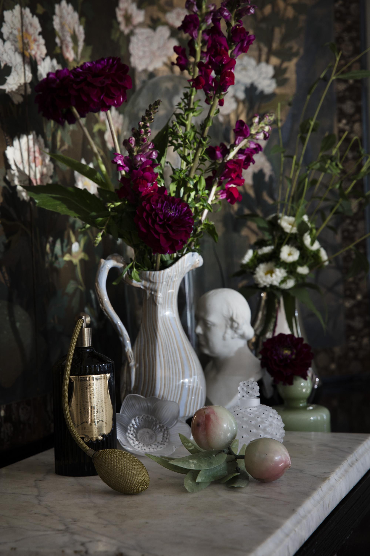 Interiørspray fra Cire Trudon / Heaven Scent. Perfyme-flakong fra Lalique / Interiørgalleriet.  Glassblomst fra Lalique / Interiørgalleriet. Sølvvase fra Georg Jensen.