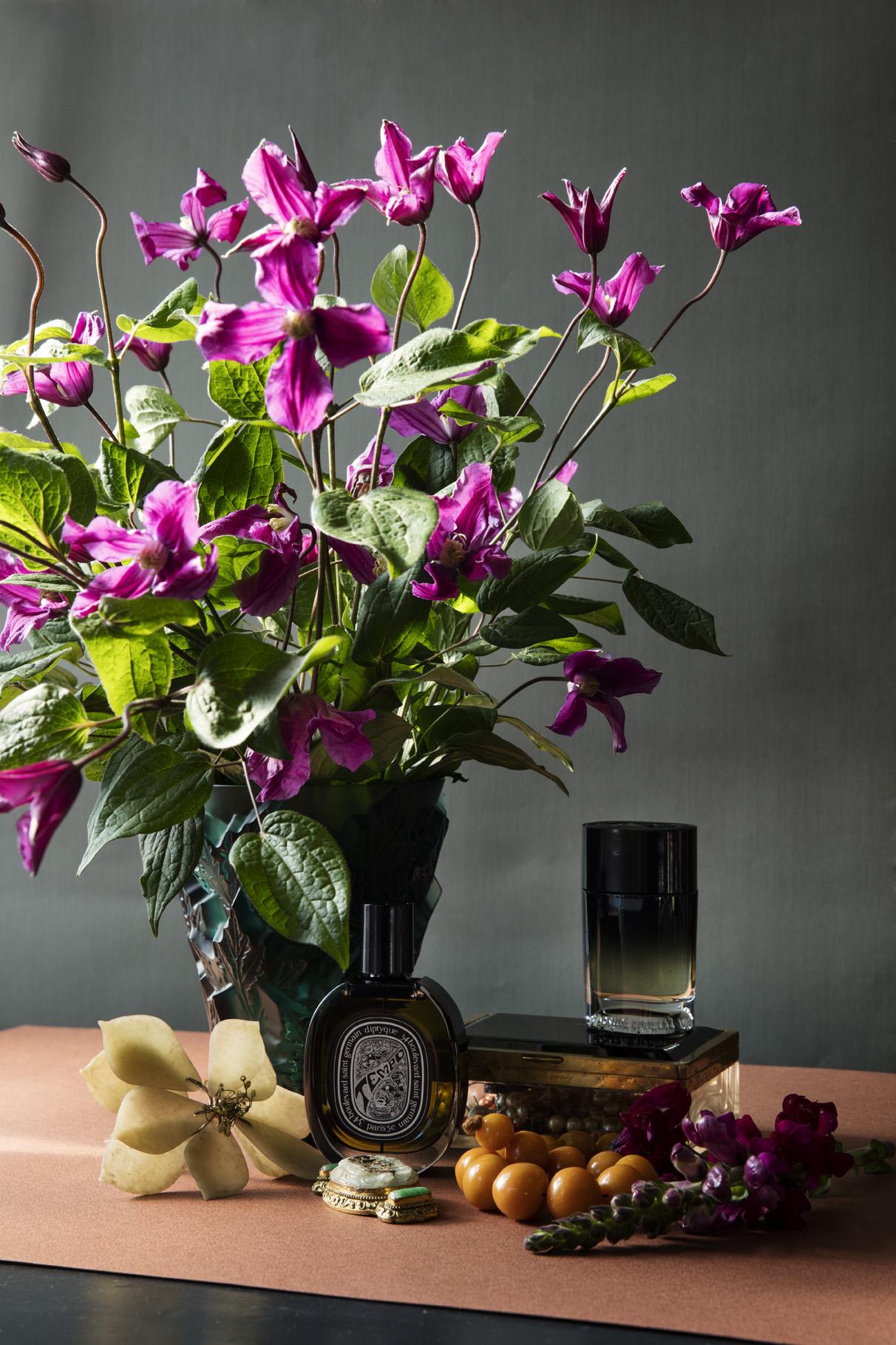 Vase fra Lalique / Interiørgalleriet.  Parfyme fra Diptyque / Heaven Scent.