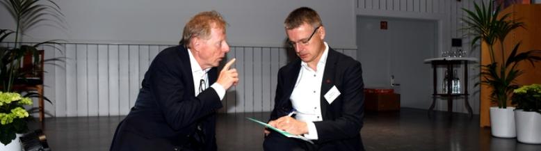 Distriktsenergi er i samtaler med både OED og NVE for å få gjennomslag for sin nettleiemodell. Her er Knut Lockert i samtaler med NVE-sjef Kjetil Lund på distriktskonferansen i Rosendal i 05.06.19. Foto: Haakon Barstad
