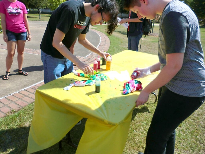 Students dye shirts at Tie-Dye as an Ally. Photo by Mallory Johnston