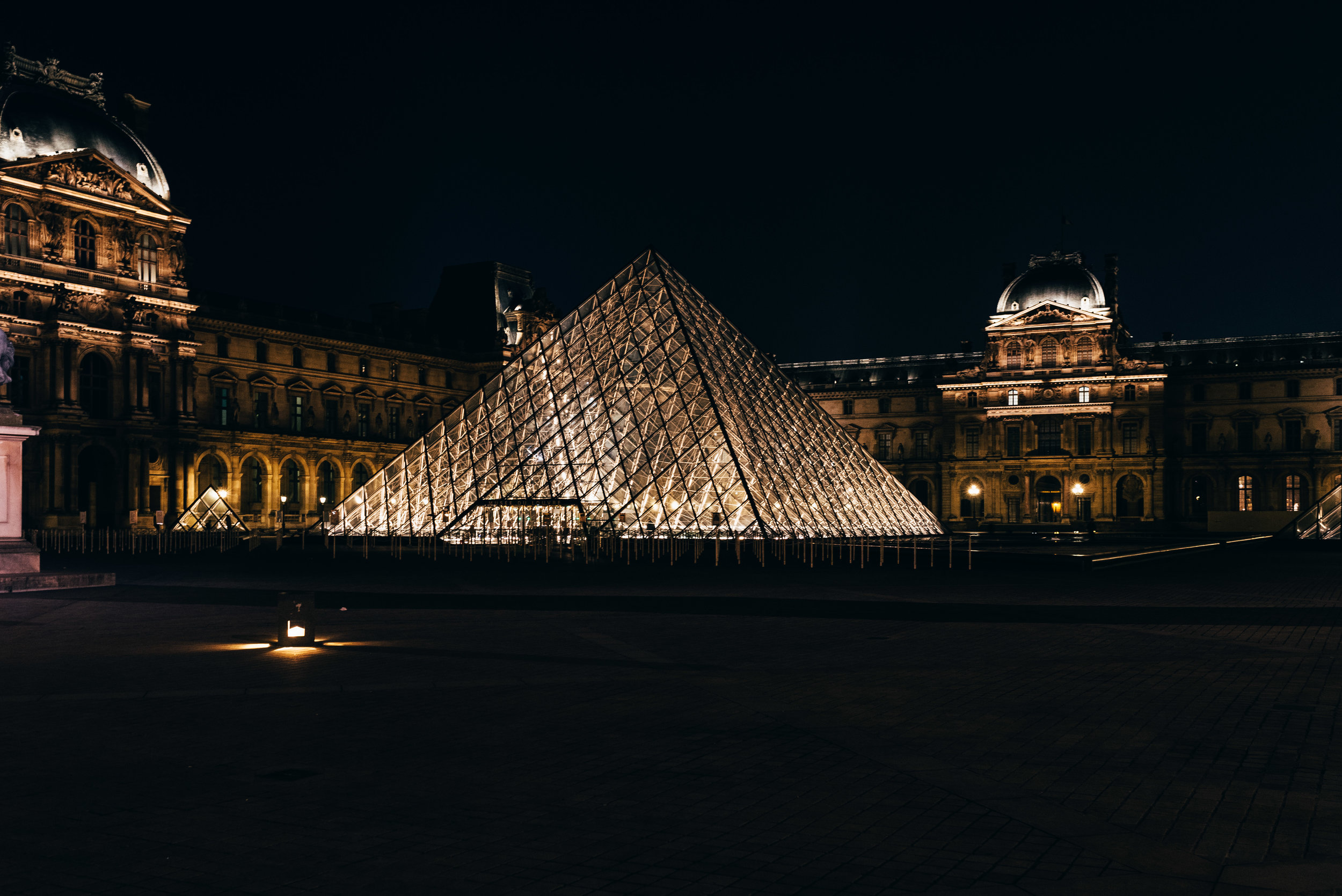 Musee de Louvre at night.jpg