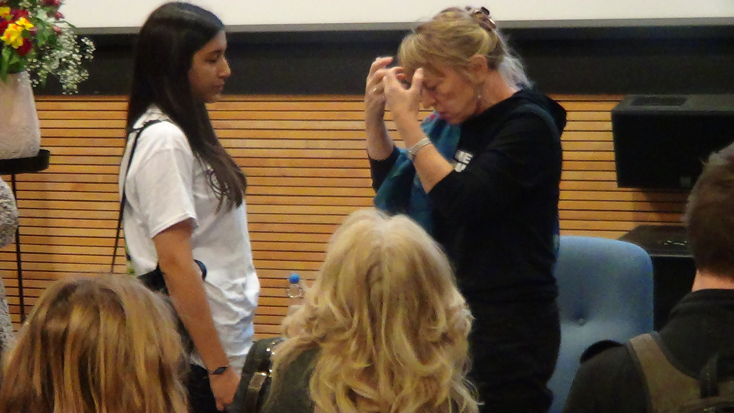 PEACE LAUREATE JODY WILLIAMS SHOOTING THE BREEZE WITH IOANNA KARCAS.JPG