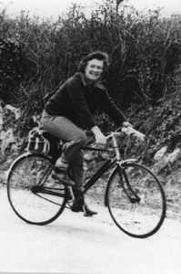 A young Derlvla with bike