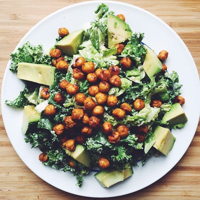 This vegan Caesar salad with crispy chickpea 'croutons' is one of my favorite things to make! 🥗 I could eat this every day! 💥Tip 101: changing the way you eat and nourish your body is not about giving up your favorite foods, it's about getting creative and finding healthier alternatives. ⚡️I used an @ohsheglows recipe.