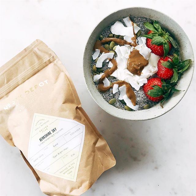 🍓Breakfast #foodporn and nourishment. ☕️Freshly ground coffee and my power chia bowl with sooo many good toppings! 🏃🏻♀️My morning routine is to have my vitamins, and probiotics first thing in the morning with lemon water or just water ➡️ a bulletproof coffee ➡️ workout ➡️ then eat my chia seed power bowl post workout, which is packed with protein for muscle recovery. 🍧 You can find this recipe up on my website!