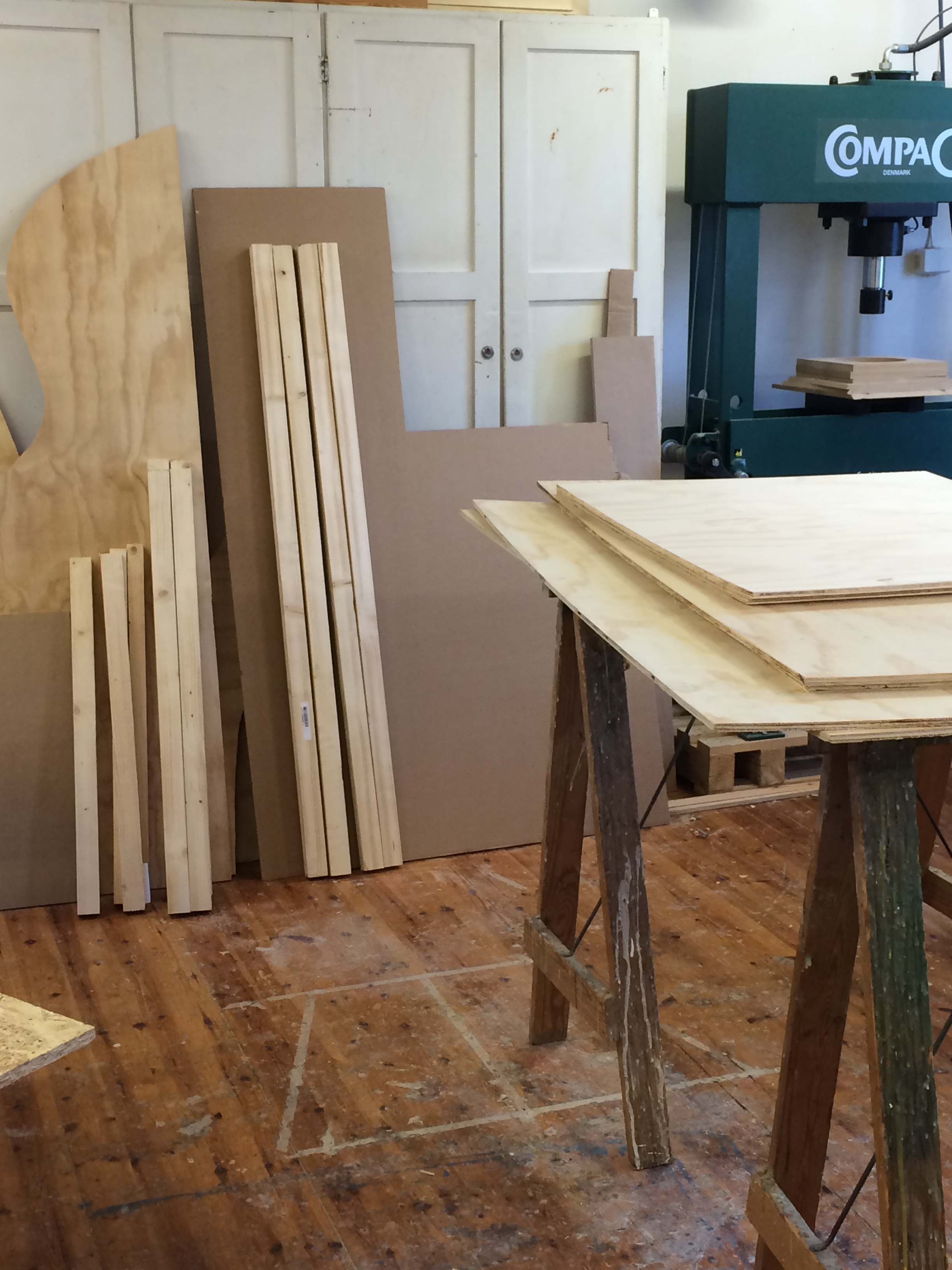 Ferdig tilskjærte materialer som står klare til å bli en fraktkasse...
