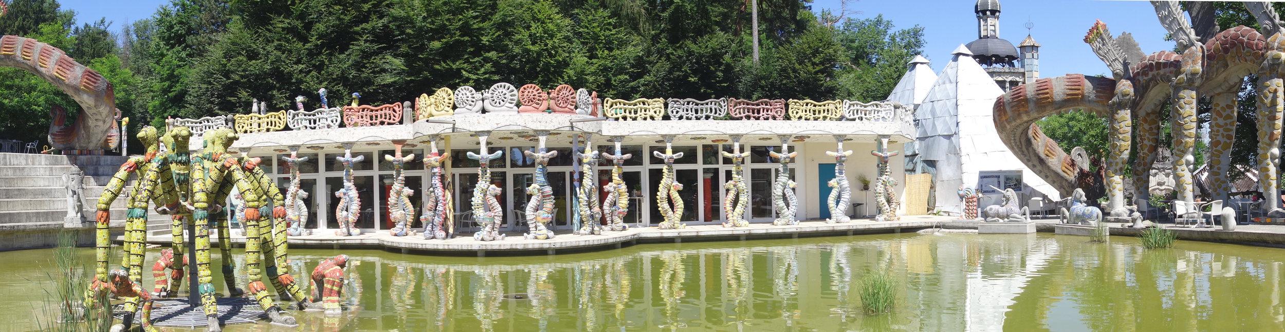 """IMG 04     Bruno Weber Park, Dietikon    """"Wassergarten und Haus der Wandlung  """" (2008 - 2012, Beton, Glas, Keramik, Mosaik, Putz, Farbe) Foto: Bruno Weber Stiftung"""