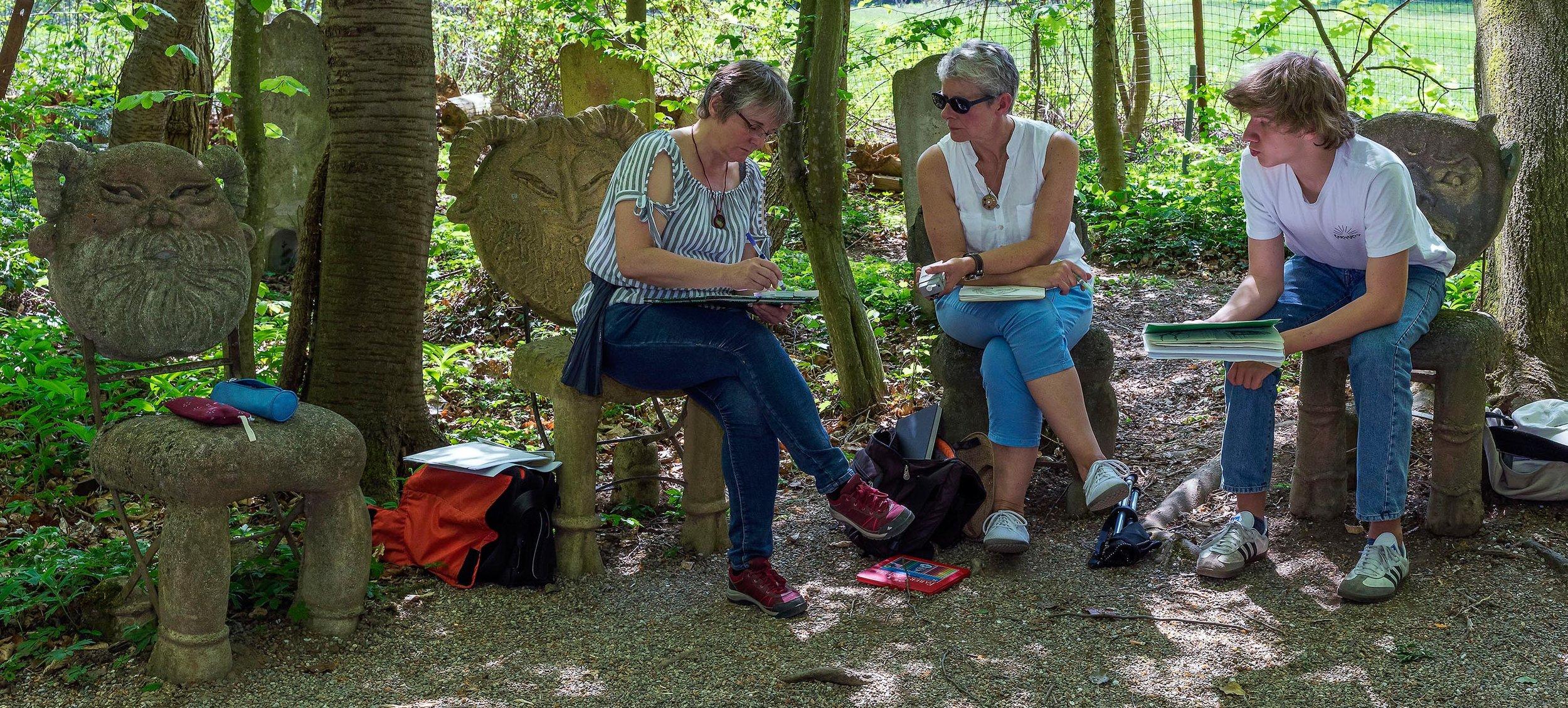 Susanne Brem zeigt Kursteilnehmern, worauf es bei zeichnerischen Umsetzungen ankommt