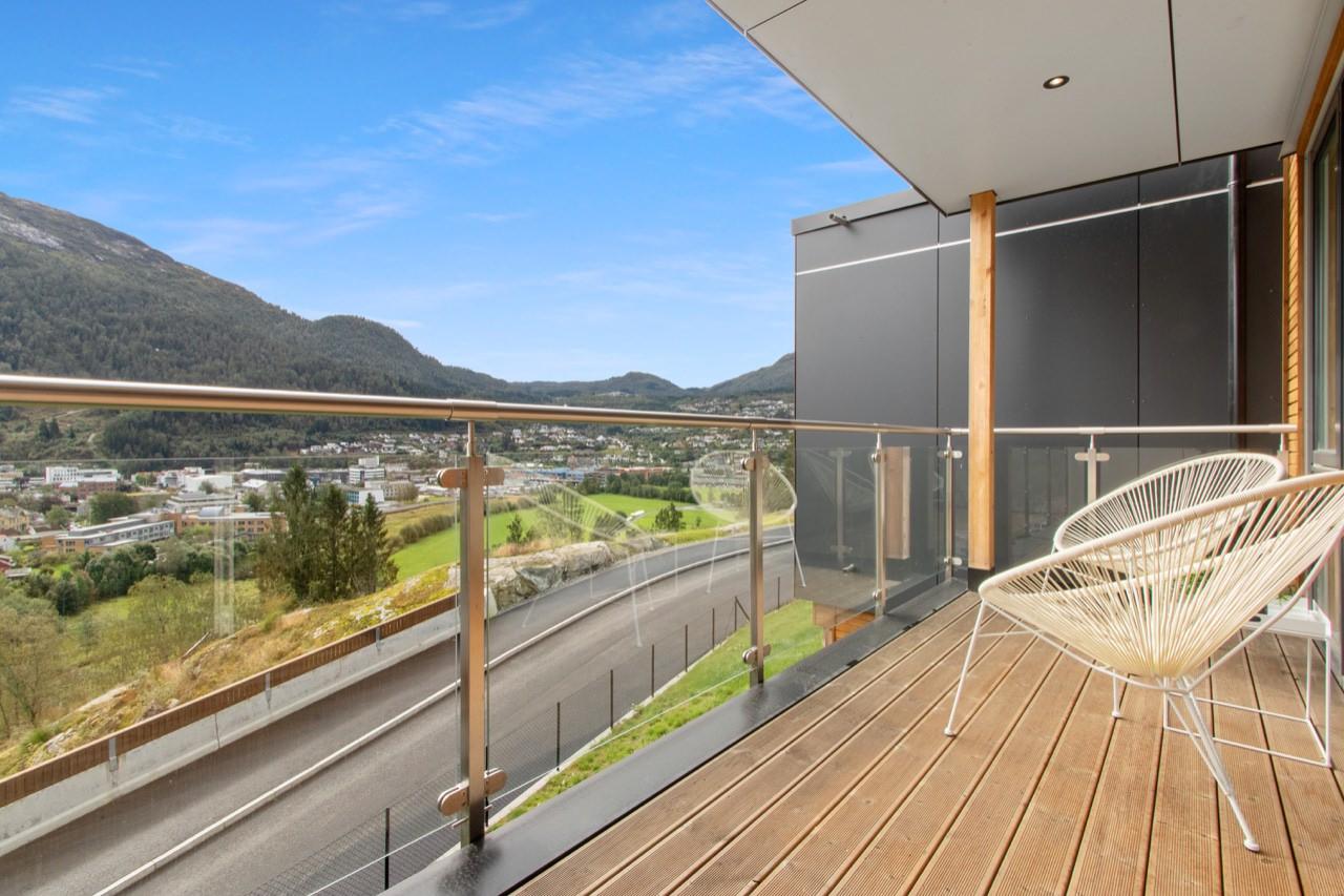 PANORAMA: På Falkenstein har du makelaus utsikt over heile Førde. Her kan du nyte morgonkaffien i fred og ro på ein av terrassane.