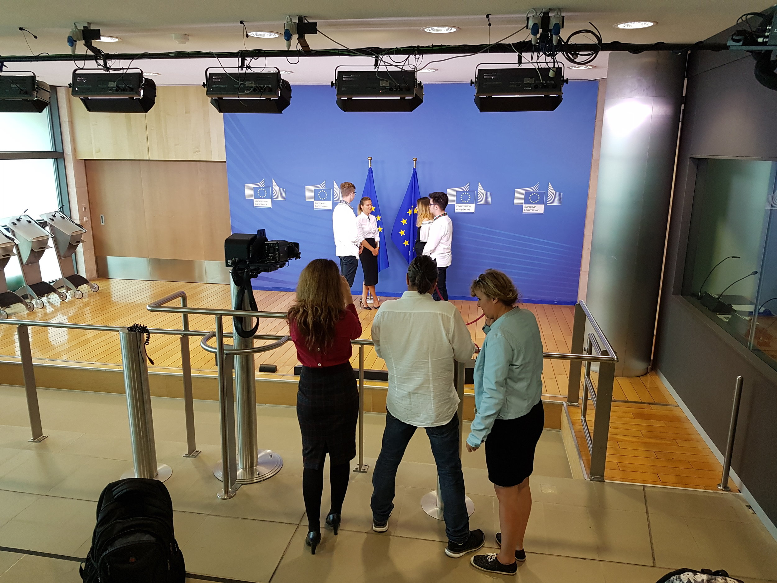 Schon mal gesehen? Hier küsst Jean-Claude Junker seine PartnerInnen bei wichtigen Trefffen.