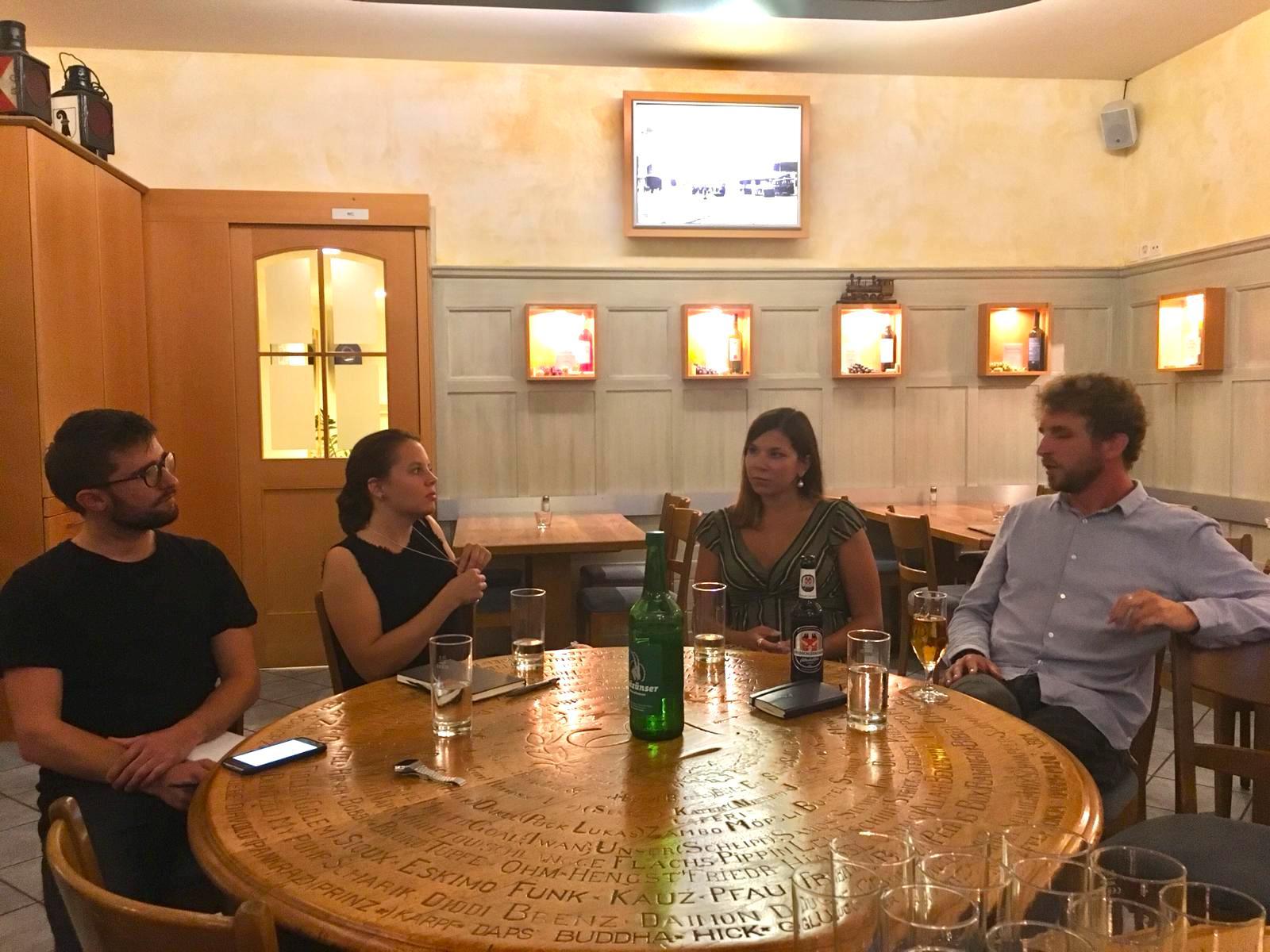 JJS-Mitglieder Daniel Faulhaber (links) und Martina Polek (2.v.l.) sprachen mit Céline Feller (2.v.r.) und Samuel Waldis (rechts).