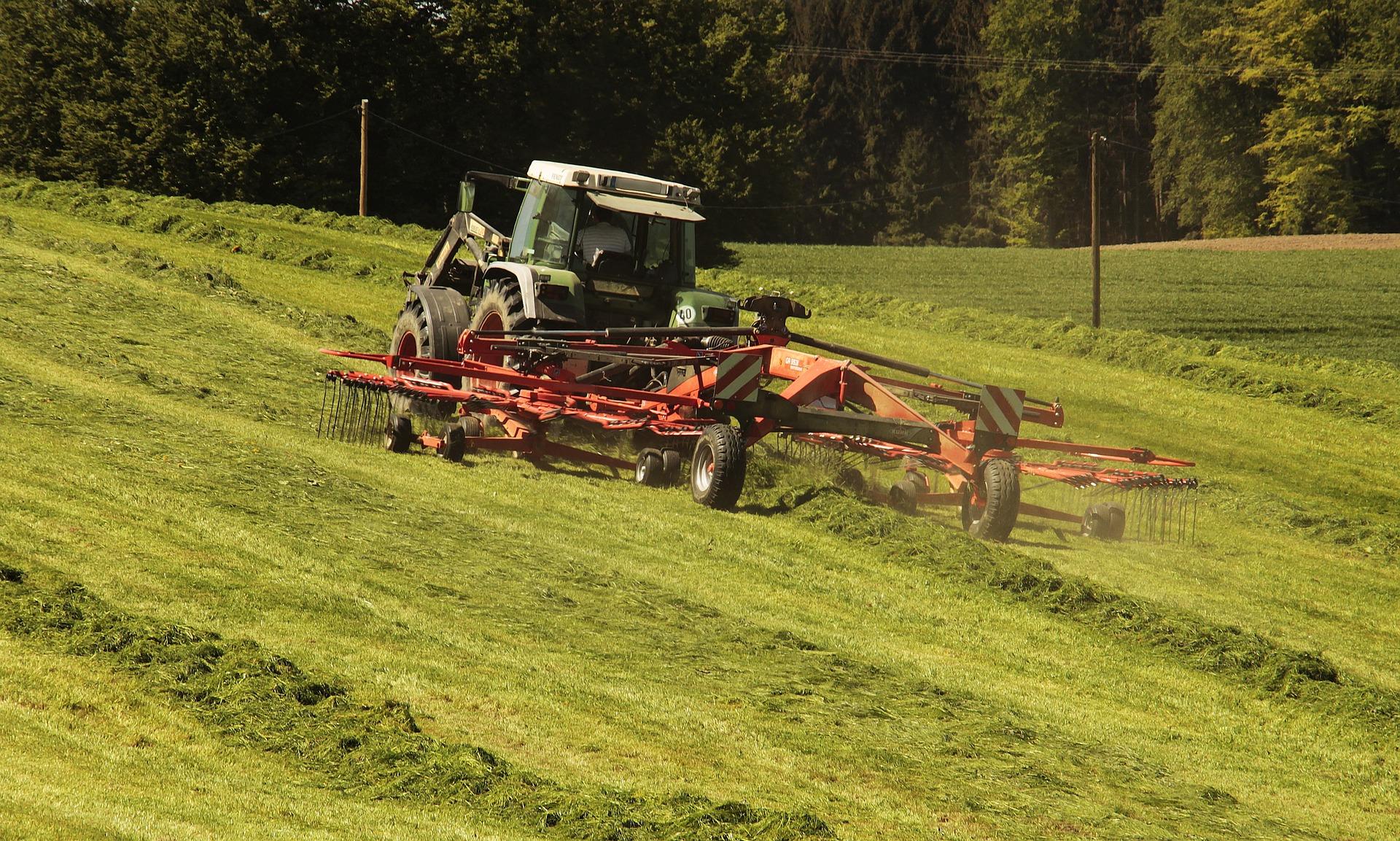 tractor-3382681_1920.jpg