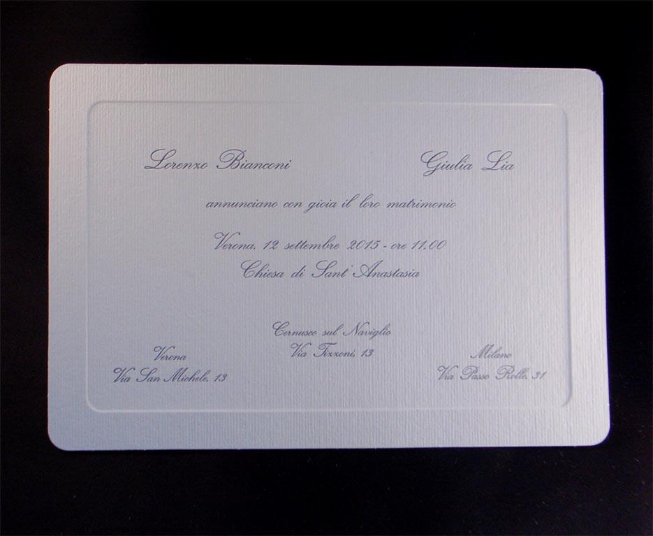 Partecipazione di matrimonio stampata con cliché su cartoncino a sbalzo.