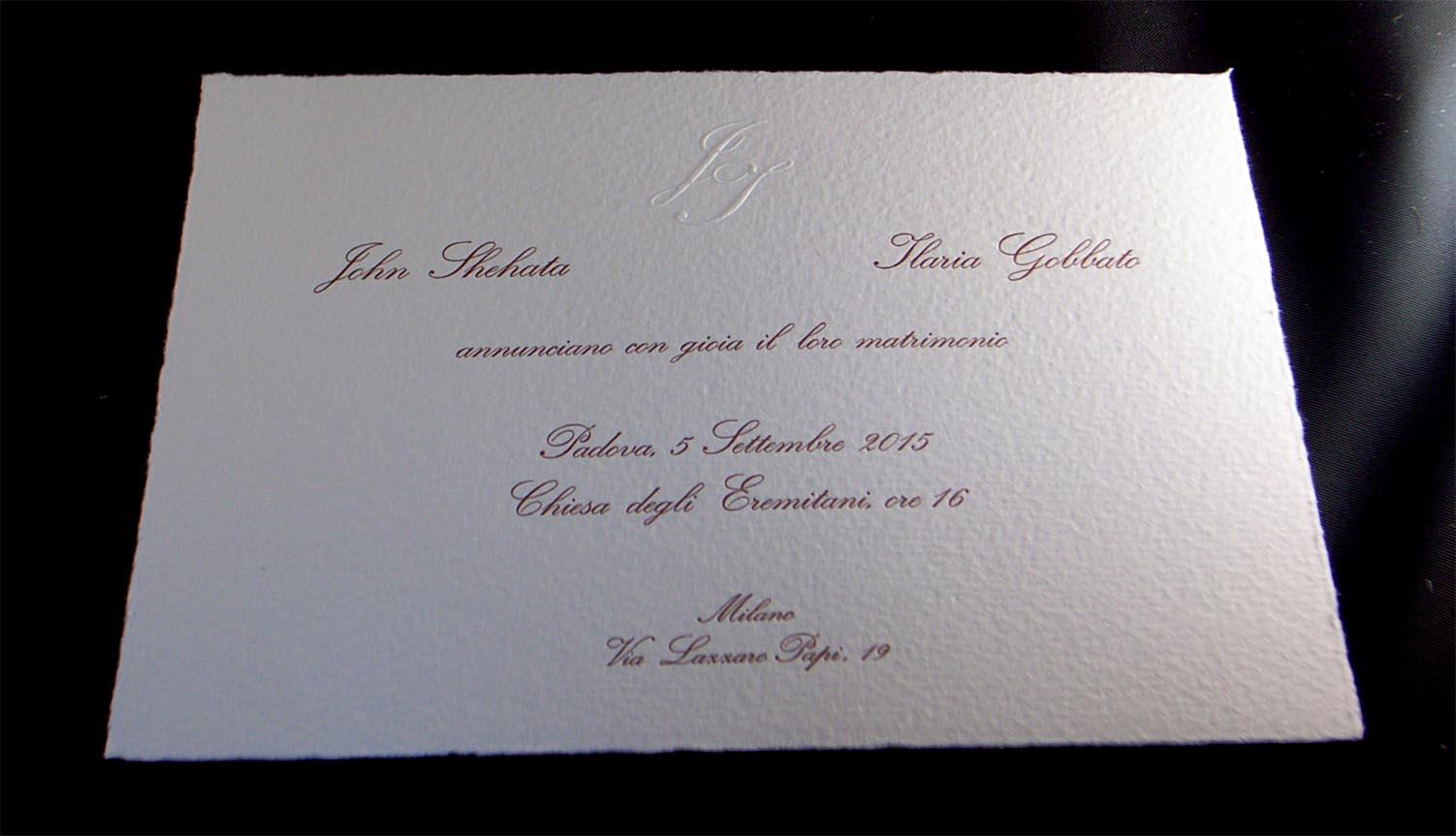 partecipazione di matrimonio a stampa classica con caratteri mobili e rilievo a secco su cartoncino Amalfi