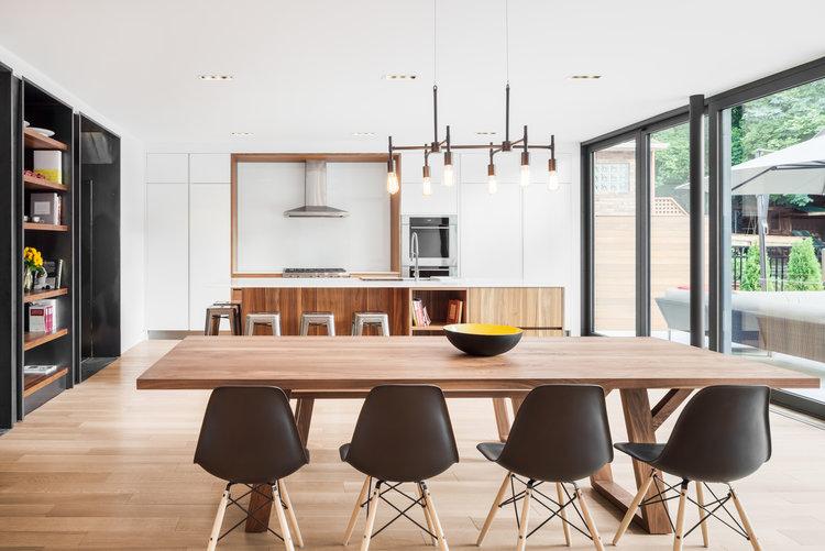 Une cuisine contemporaine laissant place à la lumière et aux contrastes.