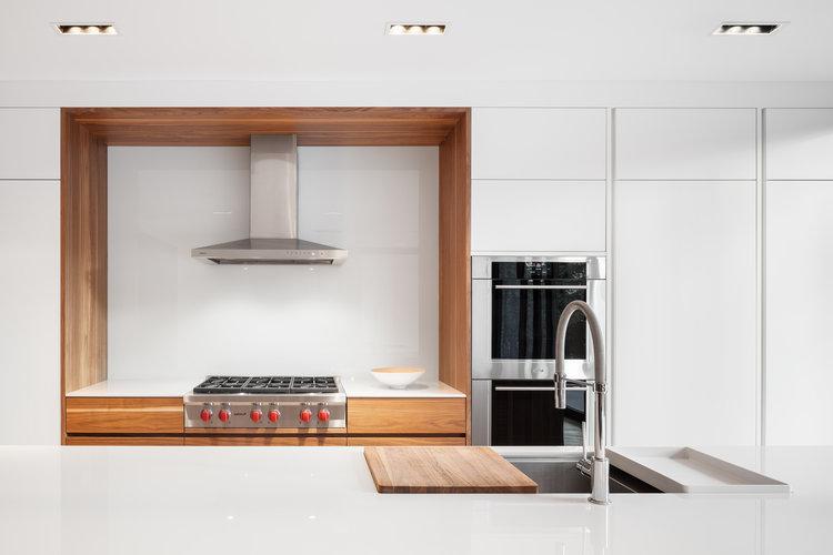 cuisine-espace-repas-contemporain-armoires-blanches-tuiles-ardoise-5_cuisines-steam.jpg