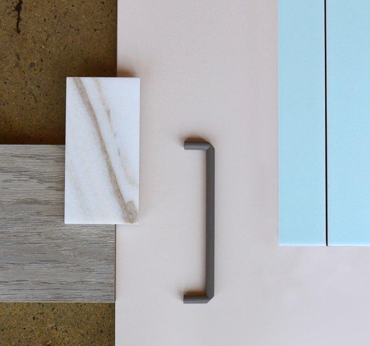 « Douces teintes » / « Soft hues » Laque rose  Benjamin Moore | Chêne teint par Cuisines Steam | Tuile  Céragrès | Poignée  R  ocheleau | Marbre  Antolini
