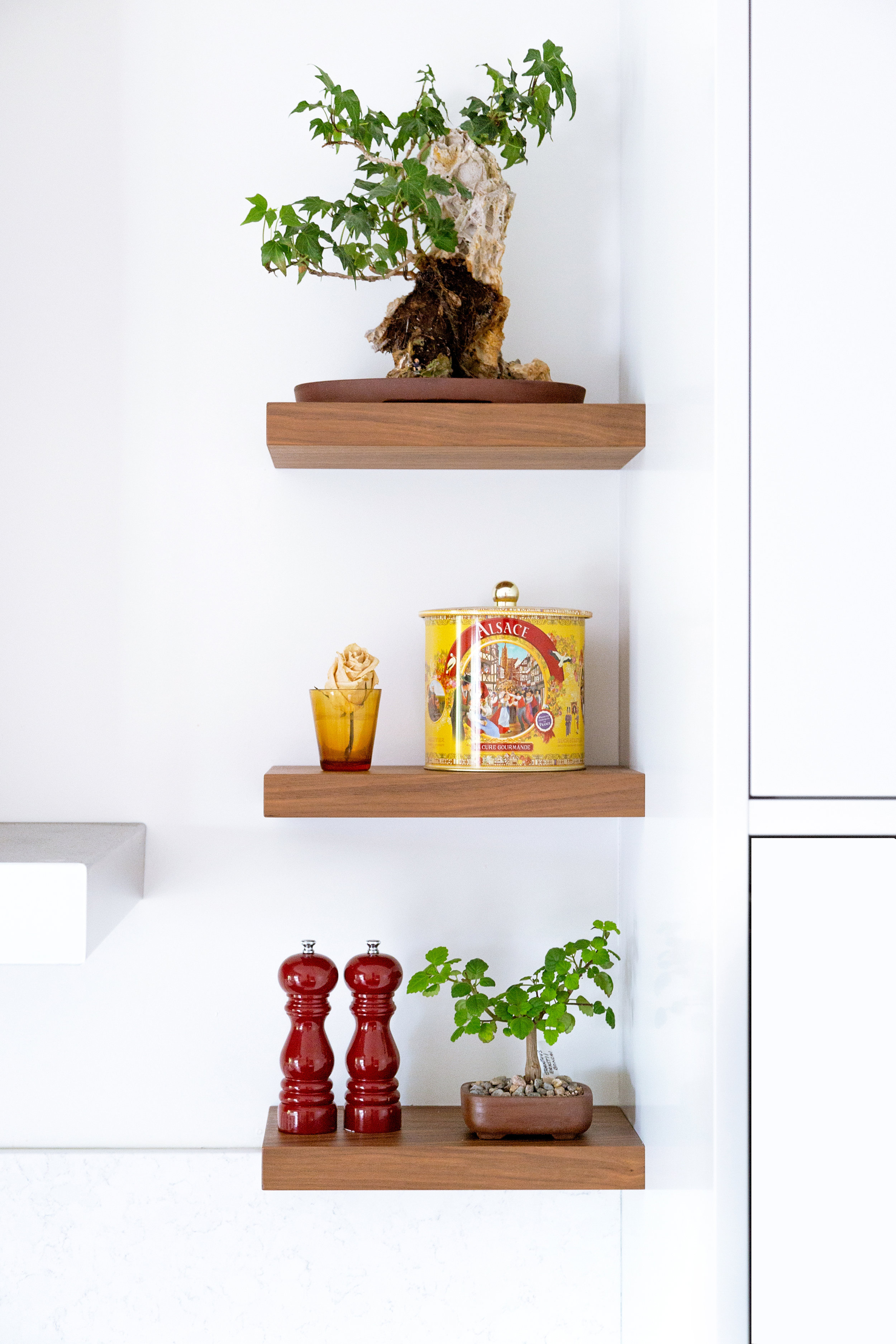 3 - Decorative shelves - Bring life to your traditional kitchen by adding a few small shelves. This is the perfect way to add a touch of decoration without cluttering your workspace, especially if you have a small kitchen. Plants, art projects, family photos, decorative objects... give free rein to your imagination and personalize the heart of your home.