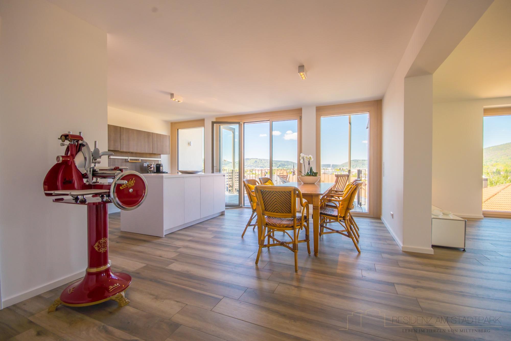 Essbereich mit offener Küche unserer Musterwohnung.jpg