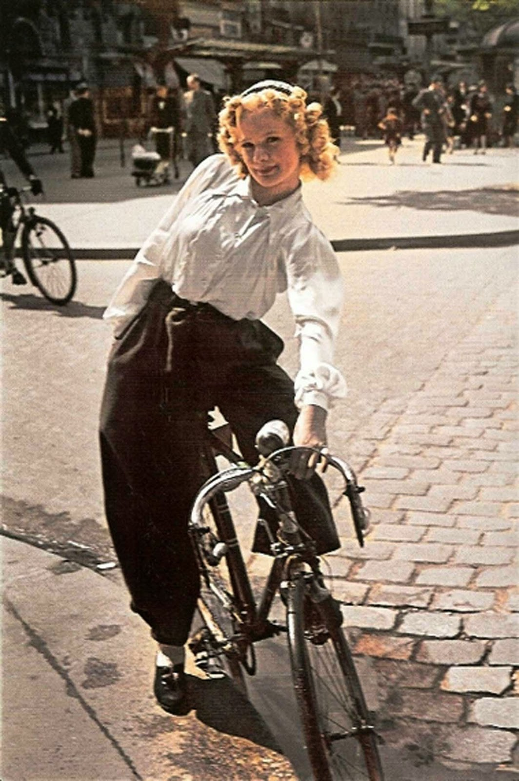 Parisian Women from between 1930s and 1940s (5).jpg