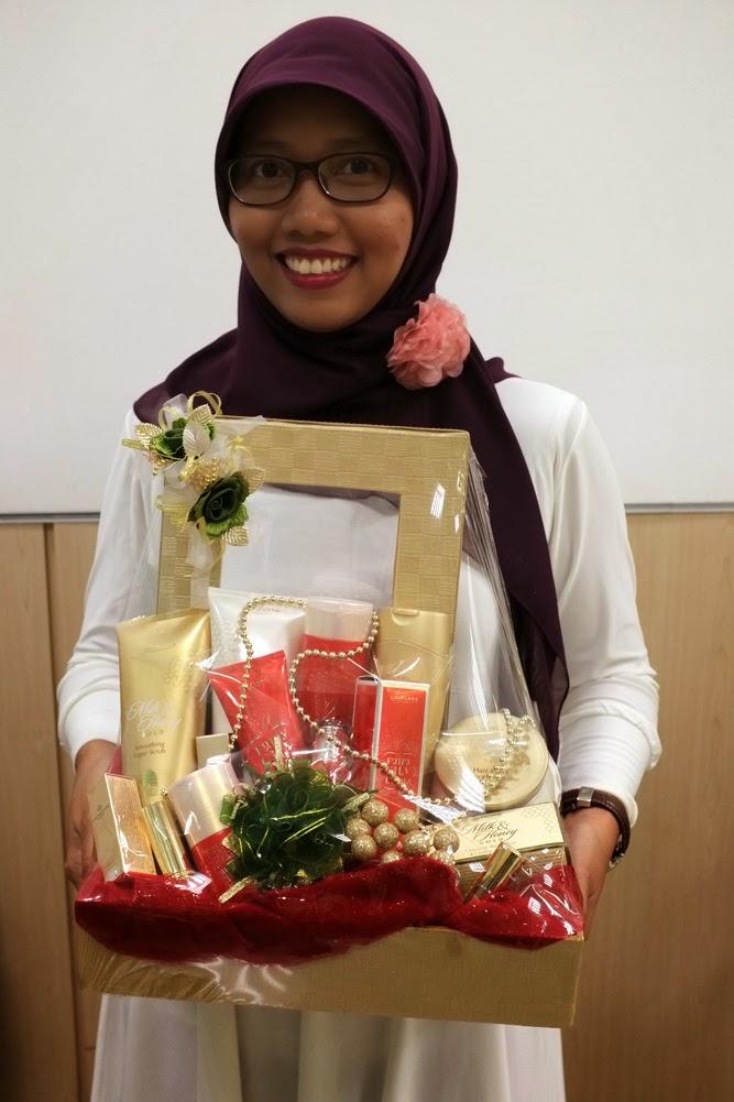 Mbak Retno Widyaningrum, pengajar yang gesit dan telaten banget membuat parcel.