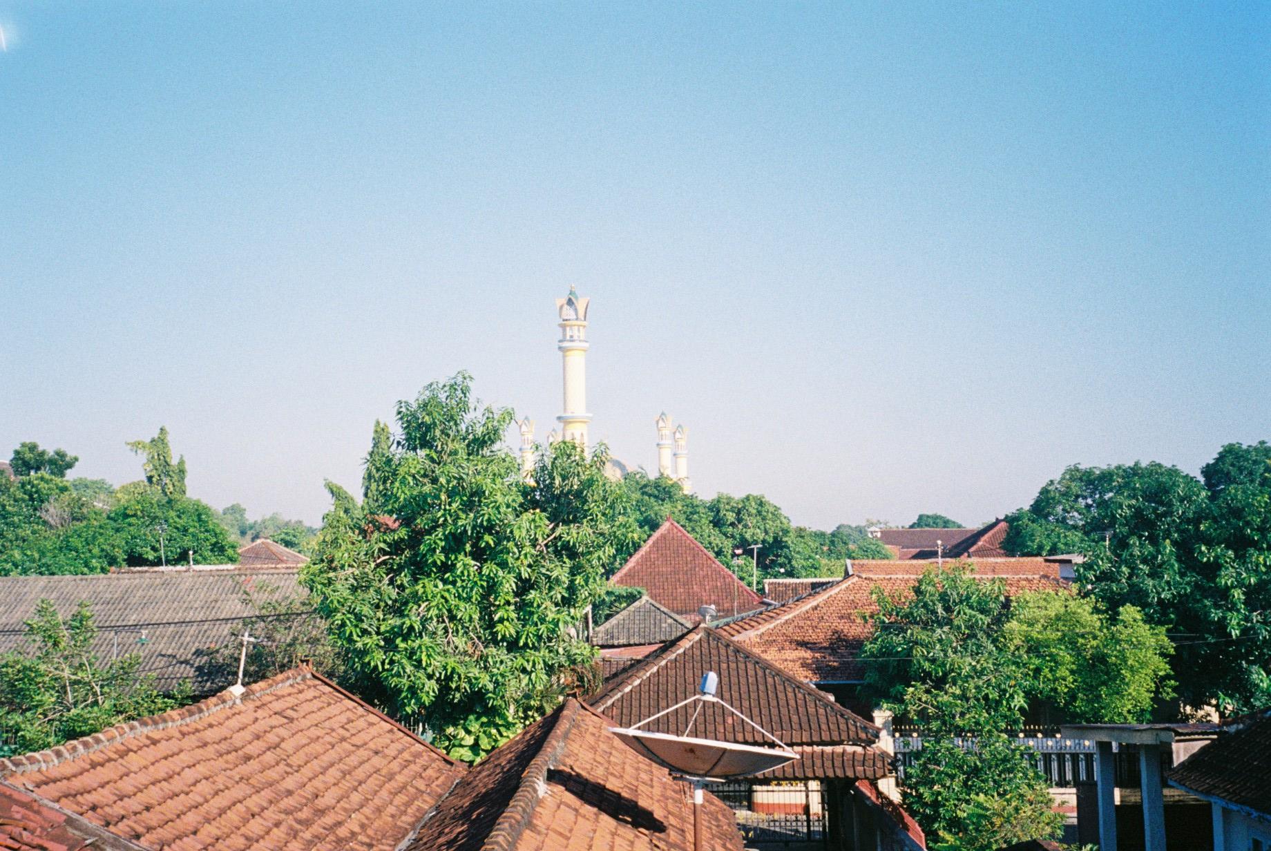 アパートの窓からの景色、奥に見えるのはイスラミックセンター