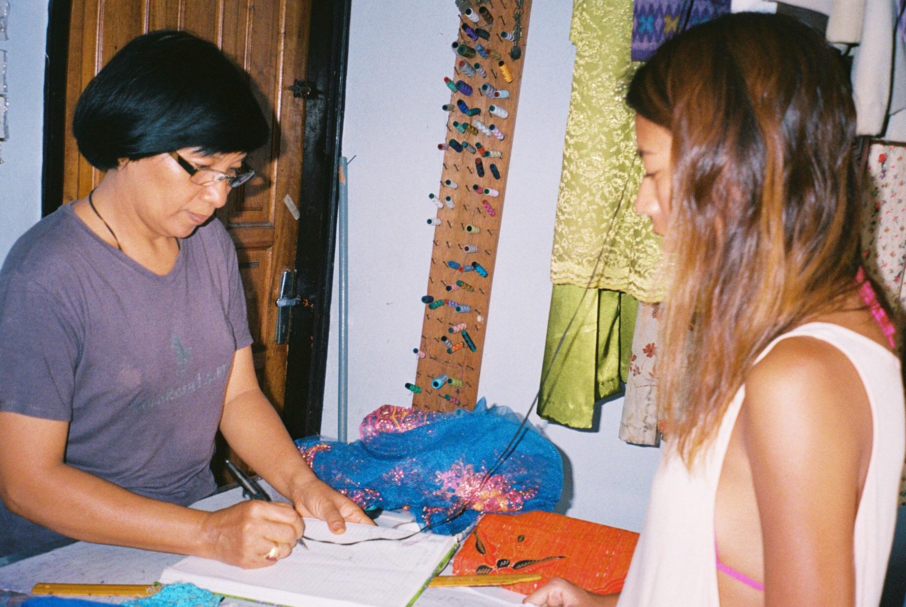 話しながら、デザインをノートに書き込んでいく