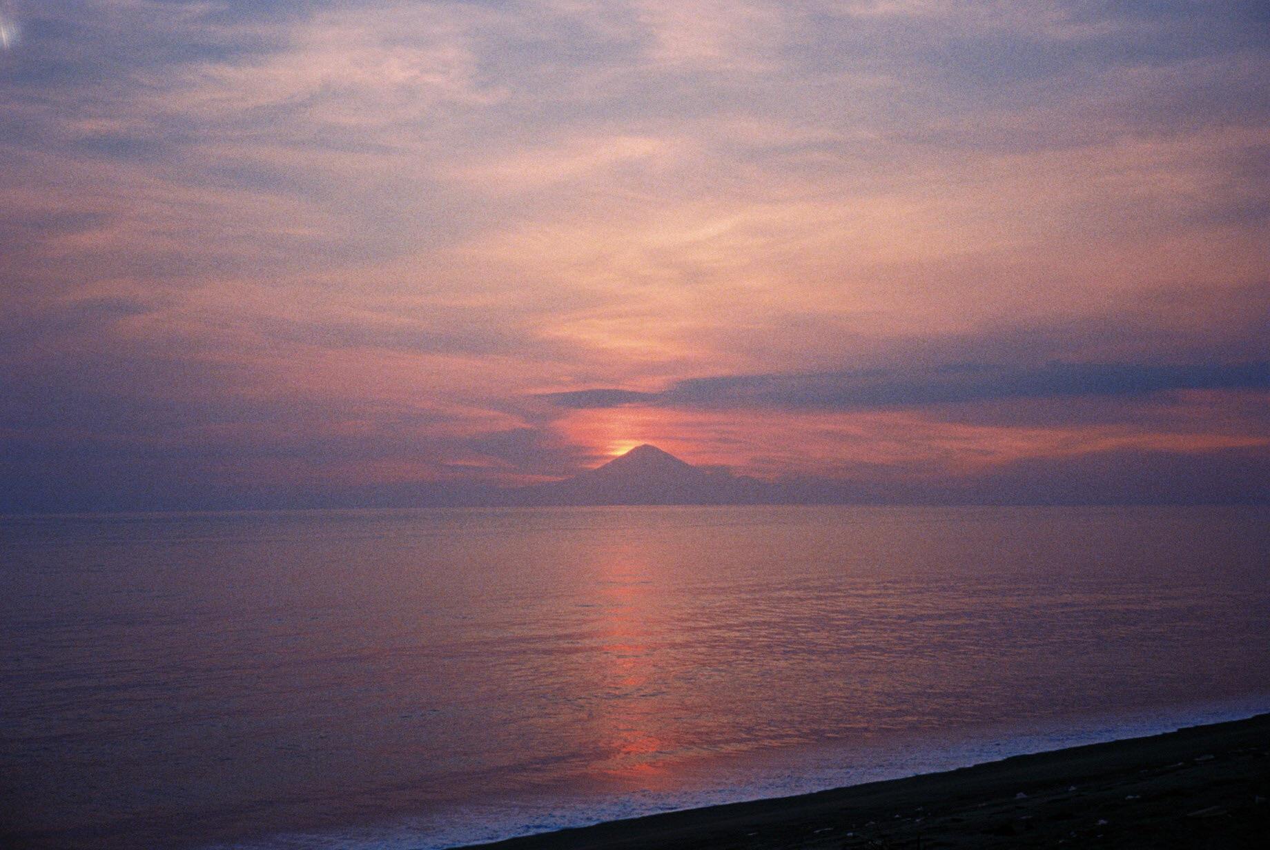 バリ島のアグン山に沈む太陽をみながら