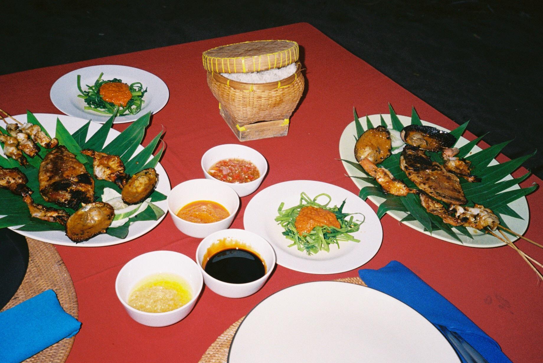 インドネシアの定番 ガーリックとサンバルの効いたシーフードのグリルと空芯菜