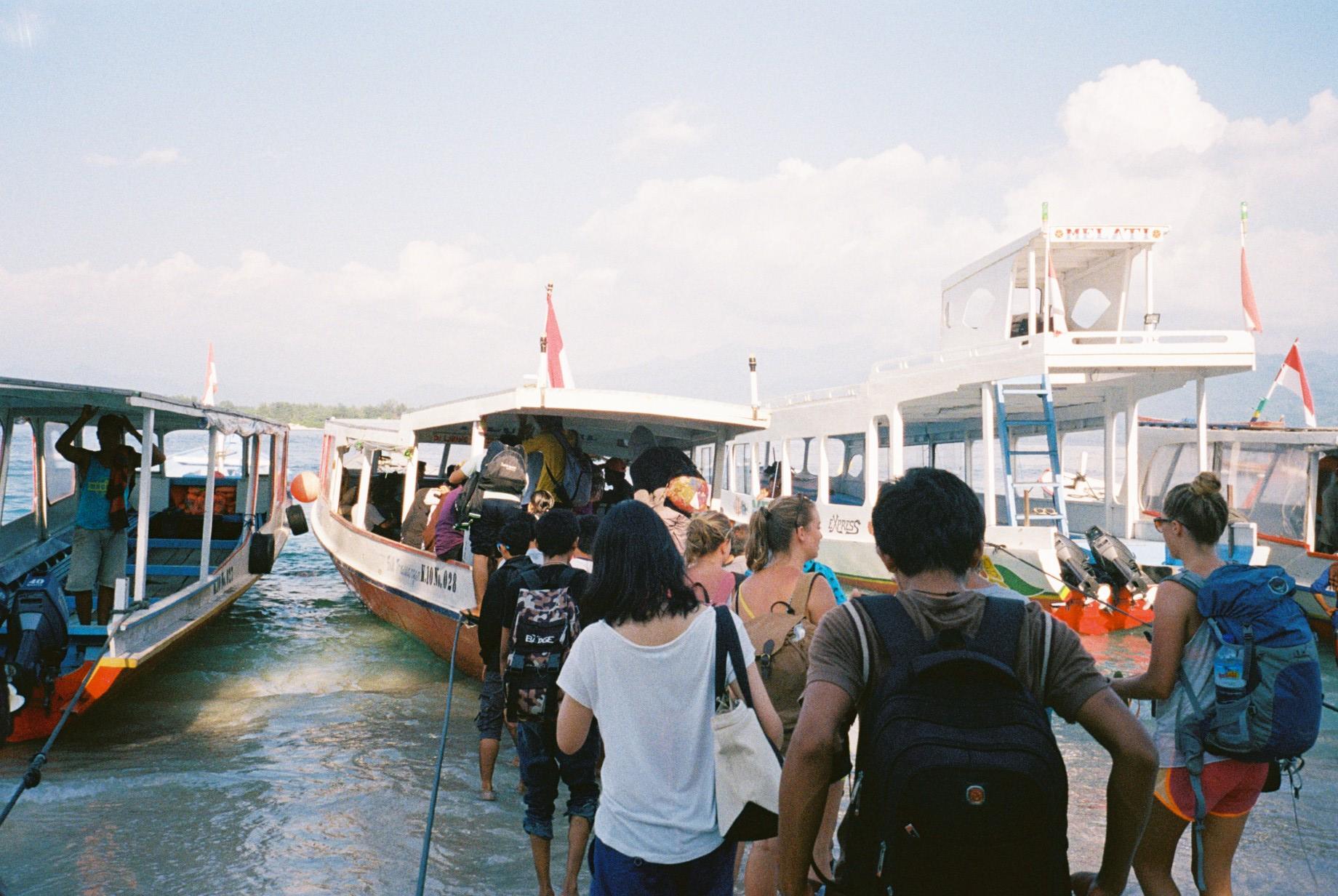 Lombok行きの船に乗るみずほ。