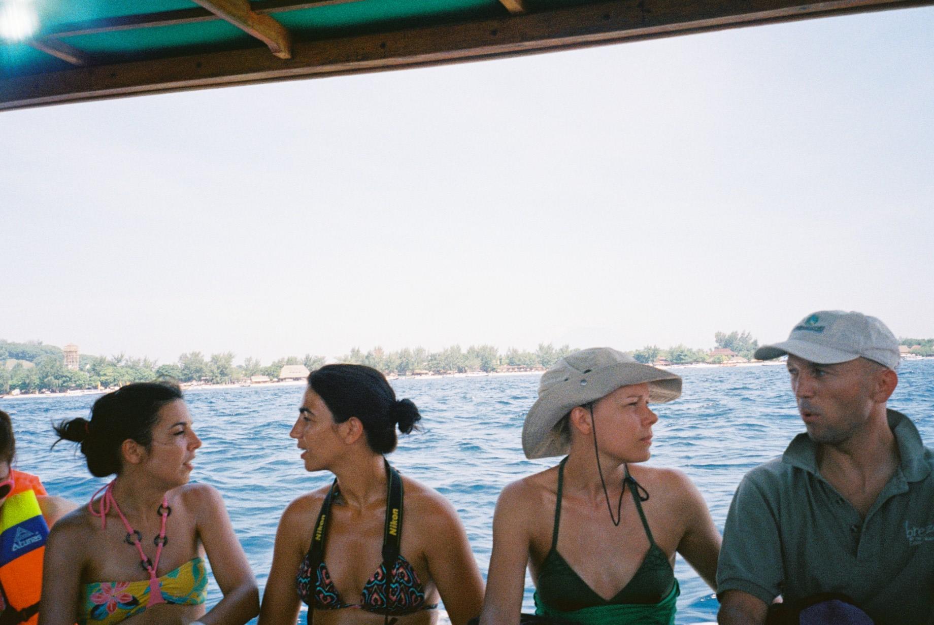 スペイン語やオランダ語、ドイツ語、英語などいろんな言語が飛び交うグラスボート