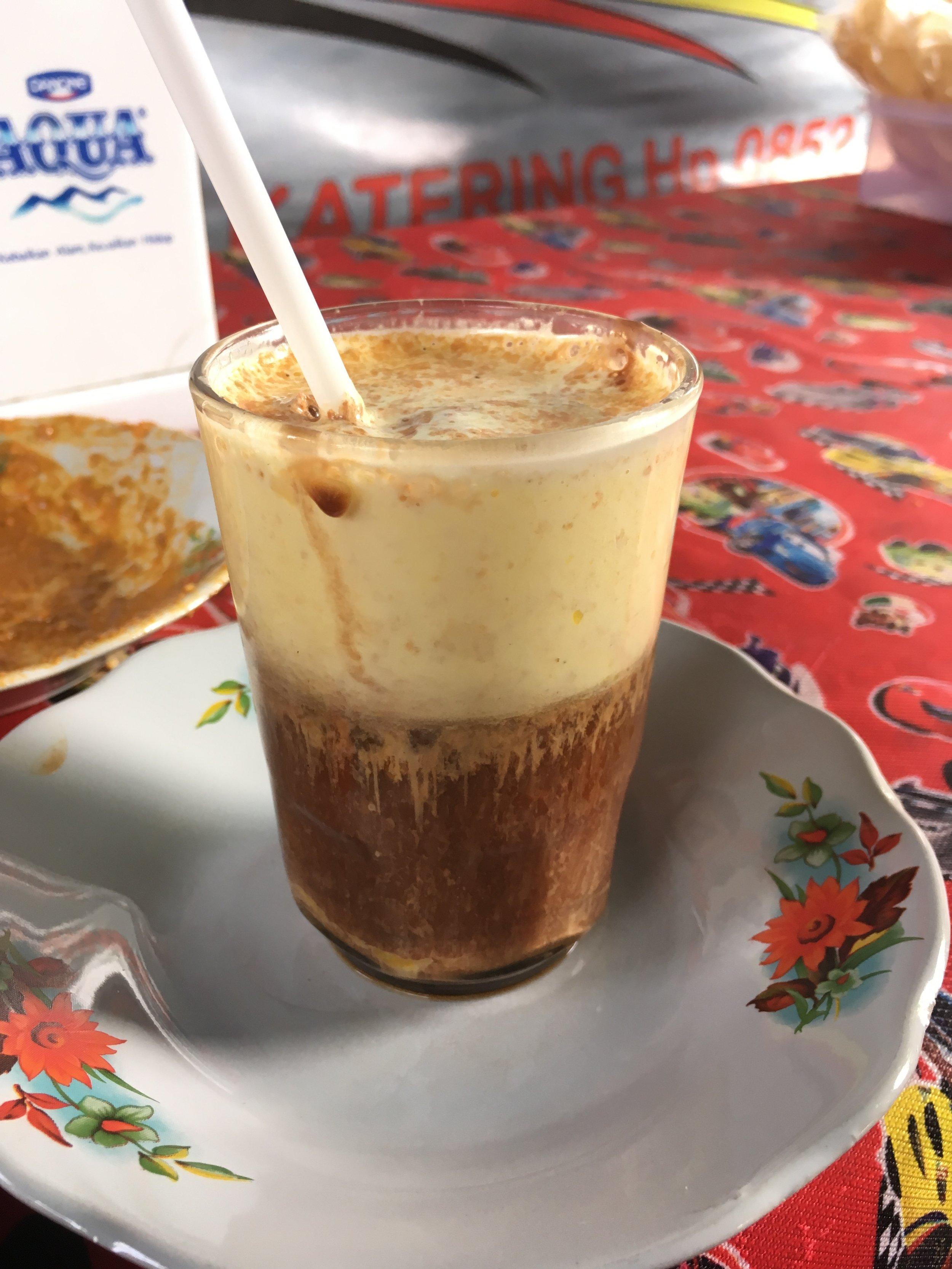 これはジャワならではの飲み物。名前忘れちゃった。コーヒーのように見えるが、実はジャワティー 地元の人曰くエナジードリンクだそうで、黄色いのは卵 グラスの周りに箸で塗られた中に、ブラウンシュガーと濃いティーを注ぐ。ストローがついてくるのだが、暑すぎてストローでは飲めない。朝ごはん屋さんで提供中。