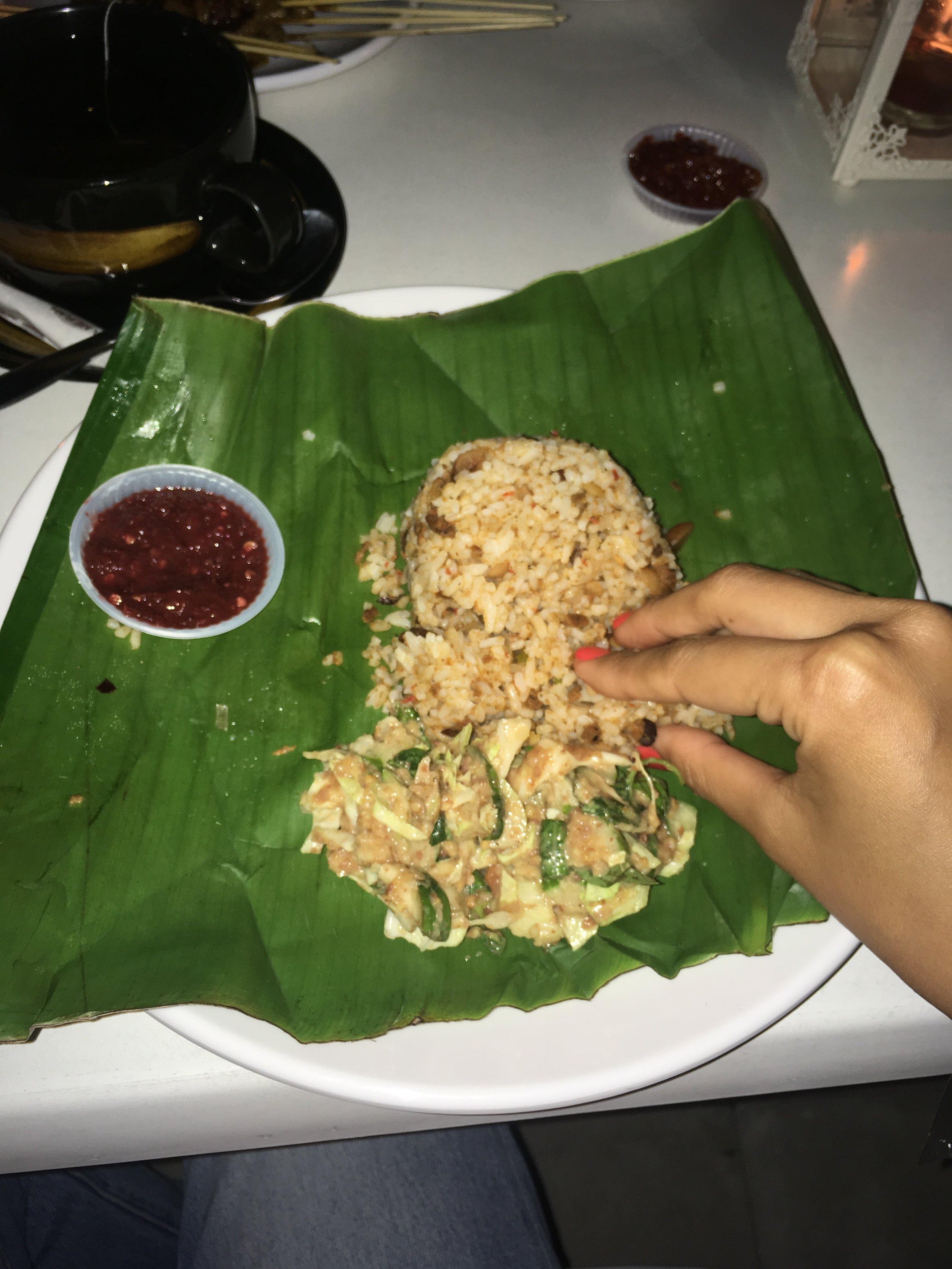 これはバンドゥンでたべたご飯。これにおかずがついてくるのだけれど、ジャワ島西部に多いスンダ伝統料理の一つ。ご飯の手前にあるのはLOTEKといわれるインゲンやキュウリをピーナッツソースで和えたもの。これがさっぱりしていておいしい。日本人でもたべれそう。少しgado gadoに似ている。