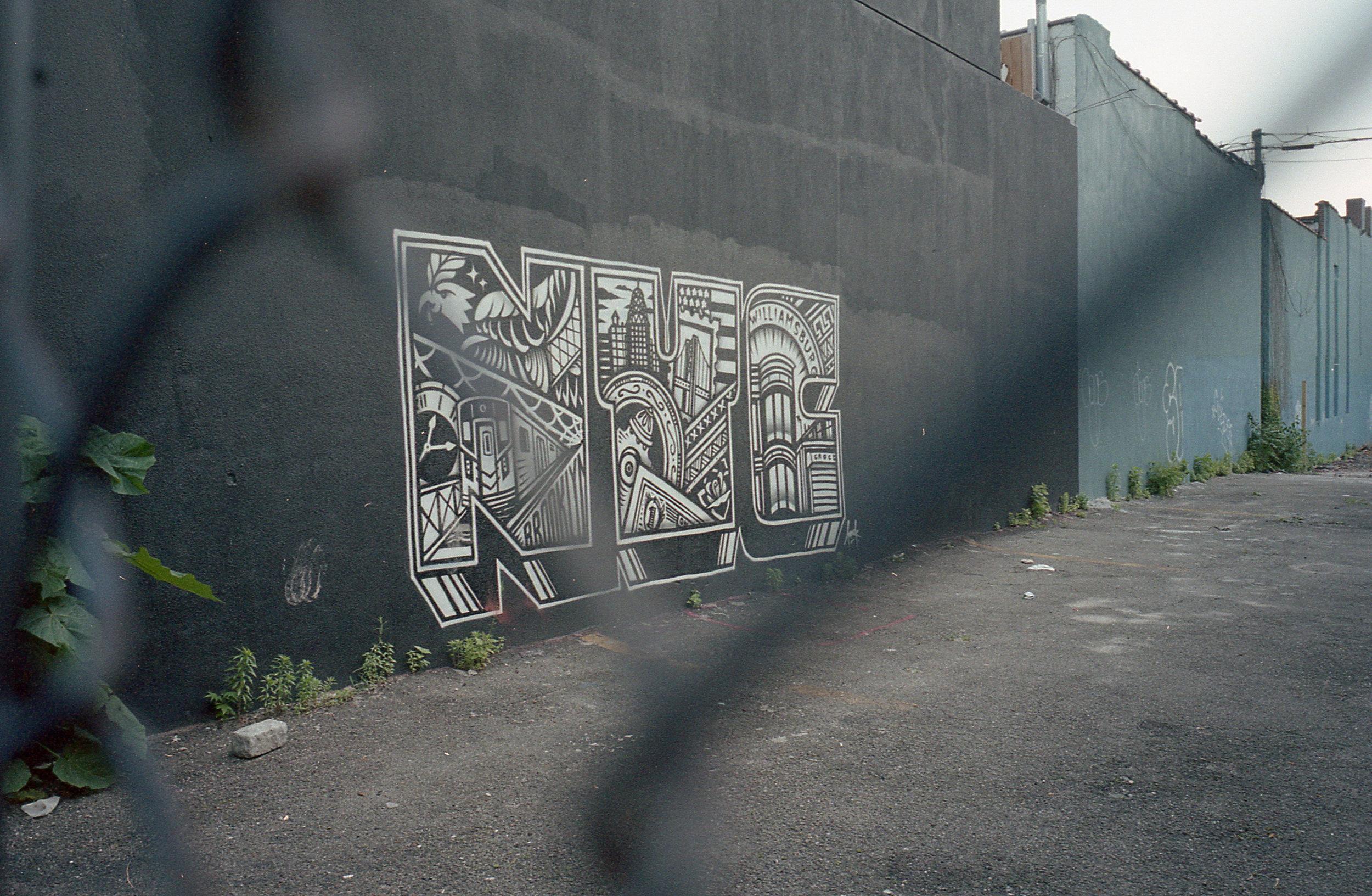 歩きながら見つけた柵の向こうのアート