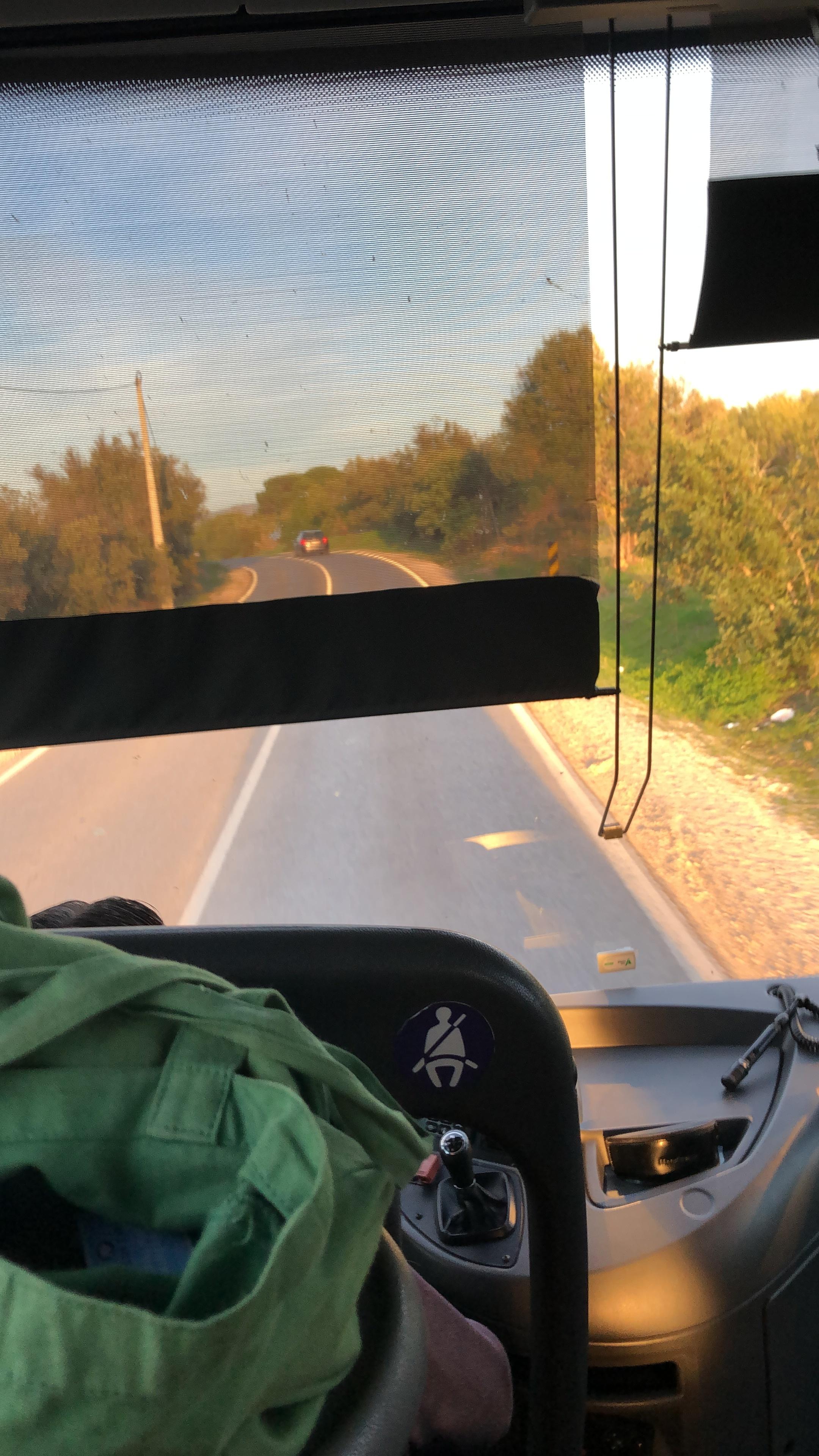 バスは1番前! 運転手は運転しながら電話してた。日本ではありえない光景。こんな違いが面白い。