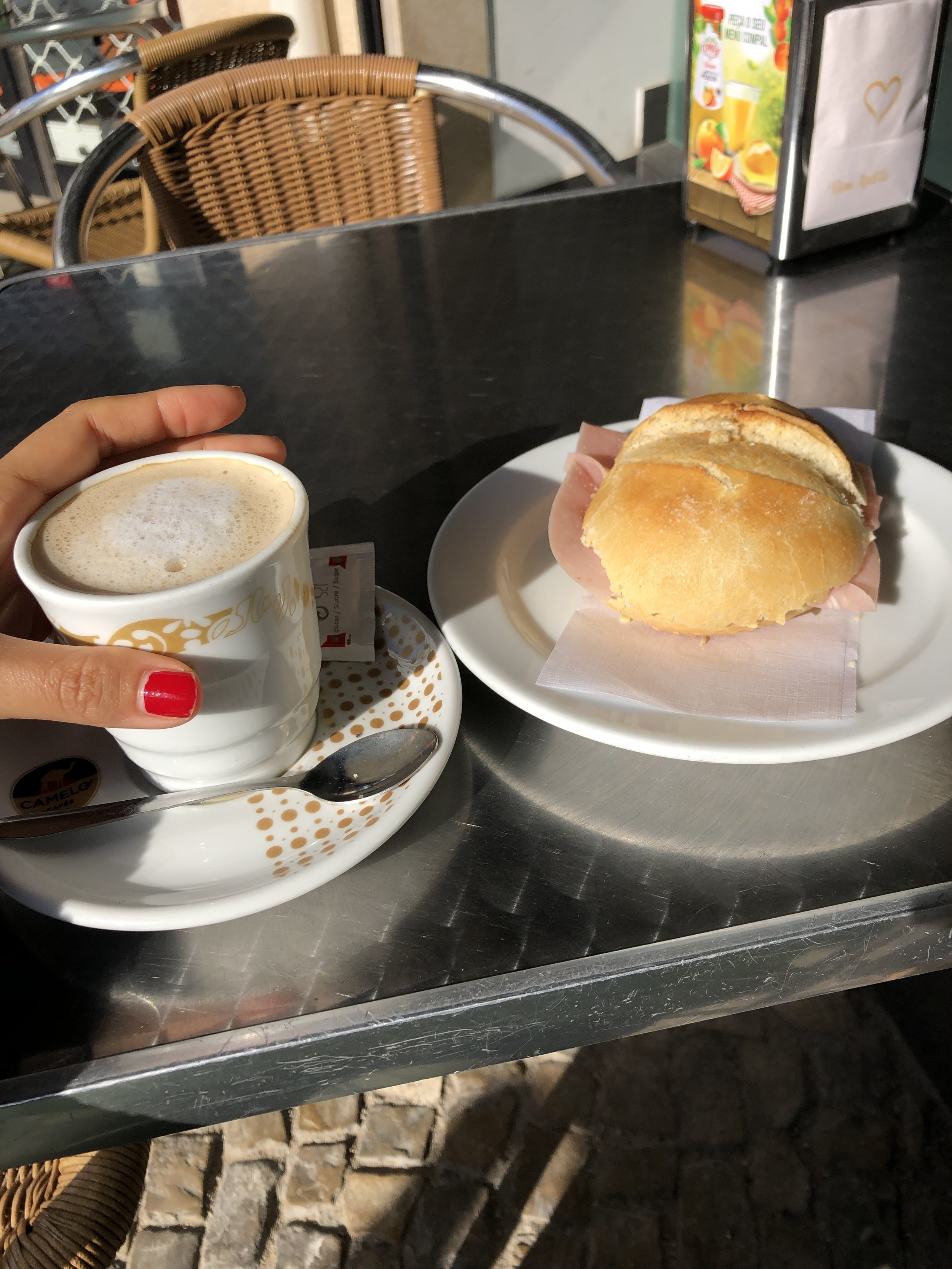 Faroでの日曜日。 これで1.60€ パンにはバターとハム。ハムかチーズか選べる。