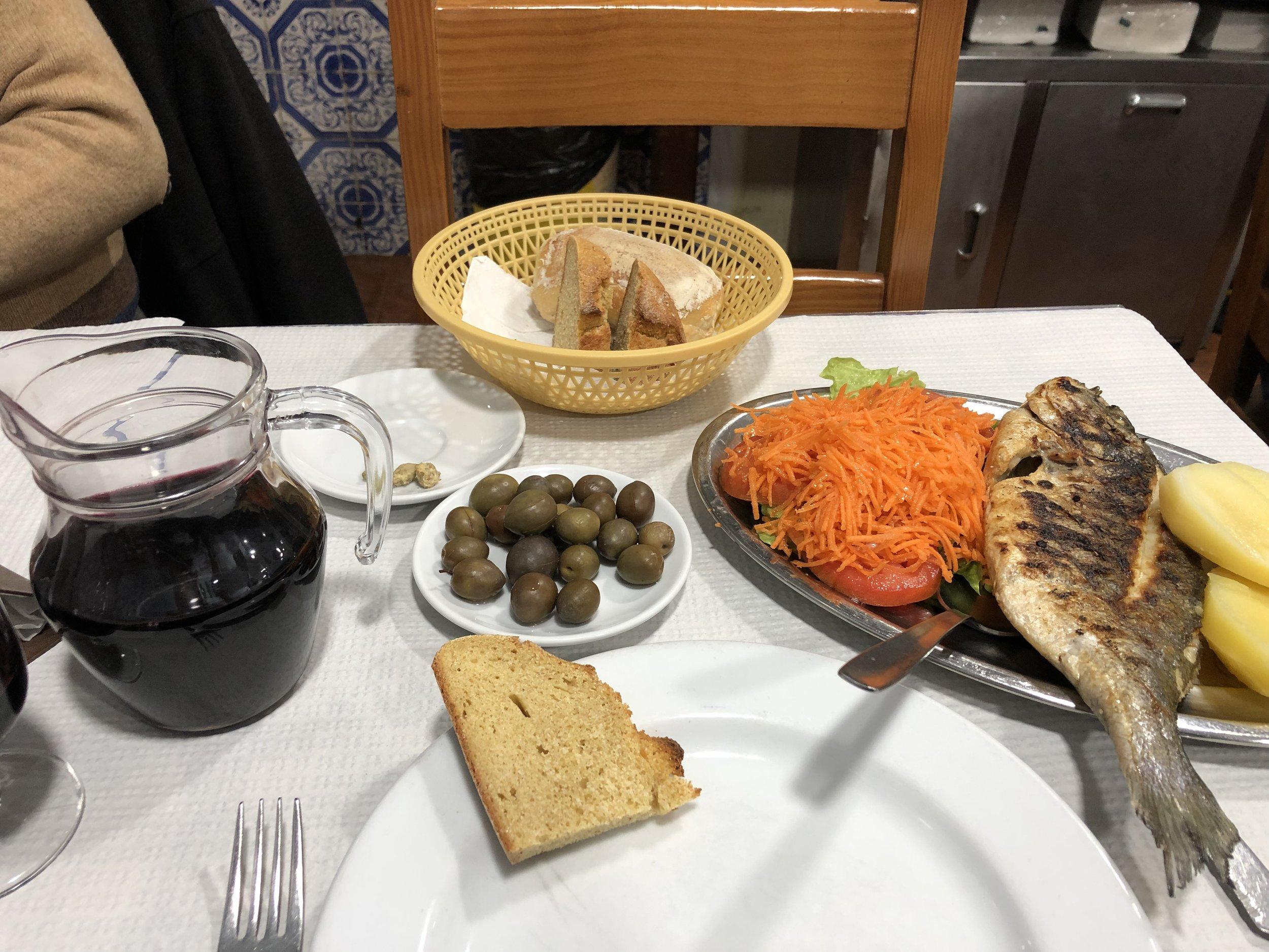 デキャンタワインと焼き魚。11€ 美味しいけど やっぱり料理のおいしさはダントツでサンセバスチャン。 今回行けなかったけど次はイタリアに行きたい。左のが頼んだワイン。大きさ伝わるかな?!