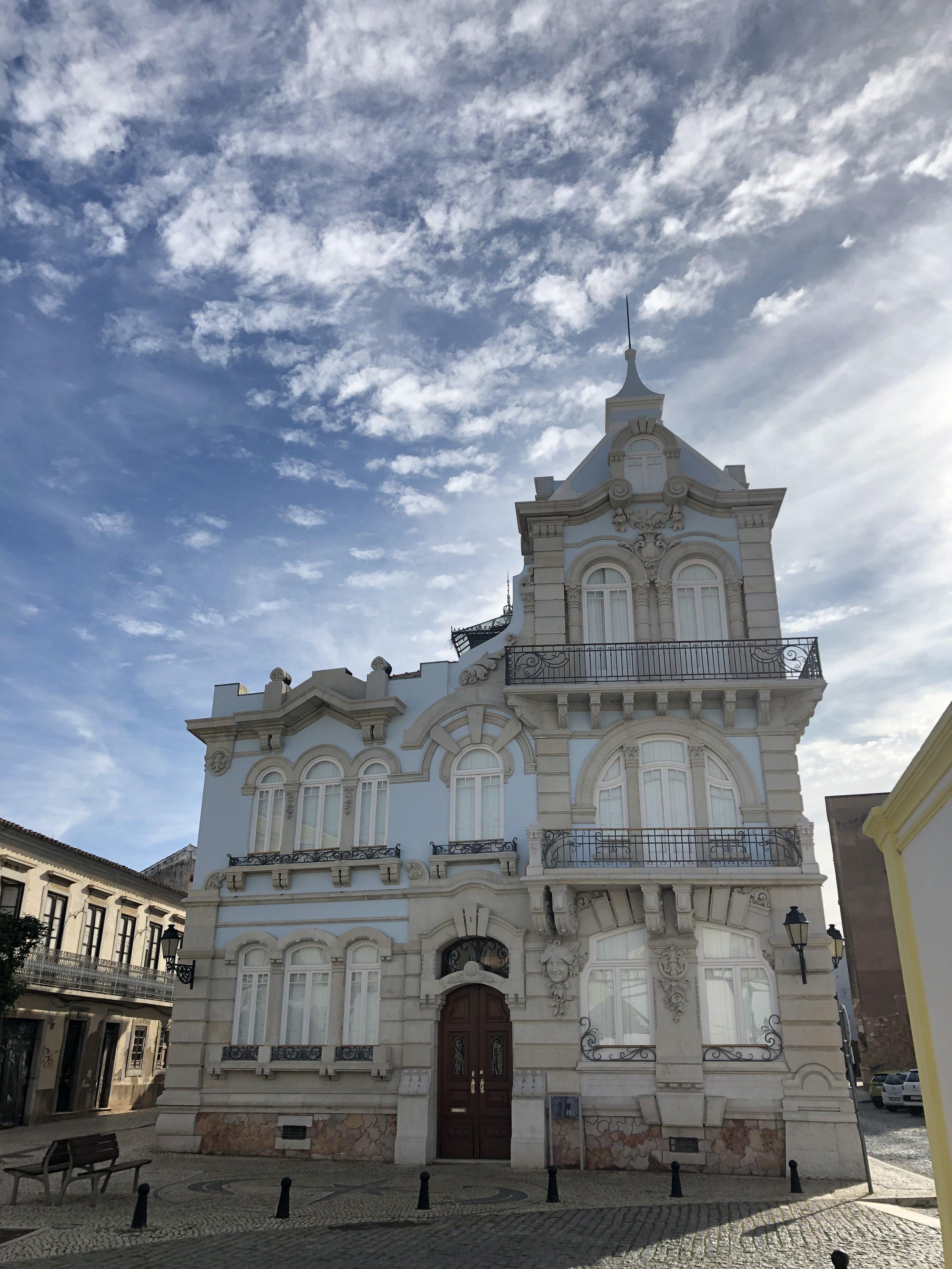 Faroの中心 観光地内の建物。 faroは夏に賑わう街だそうで ガラガラ。