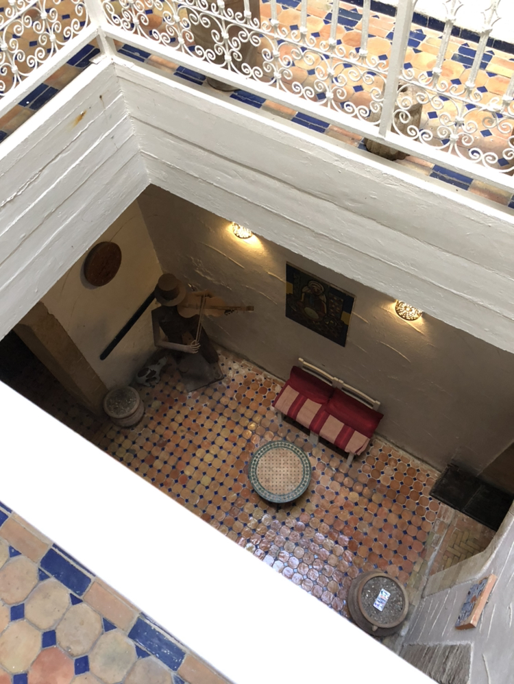 モロッコ建築。中は吹き抜け。