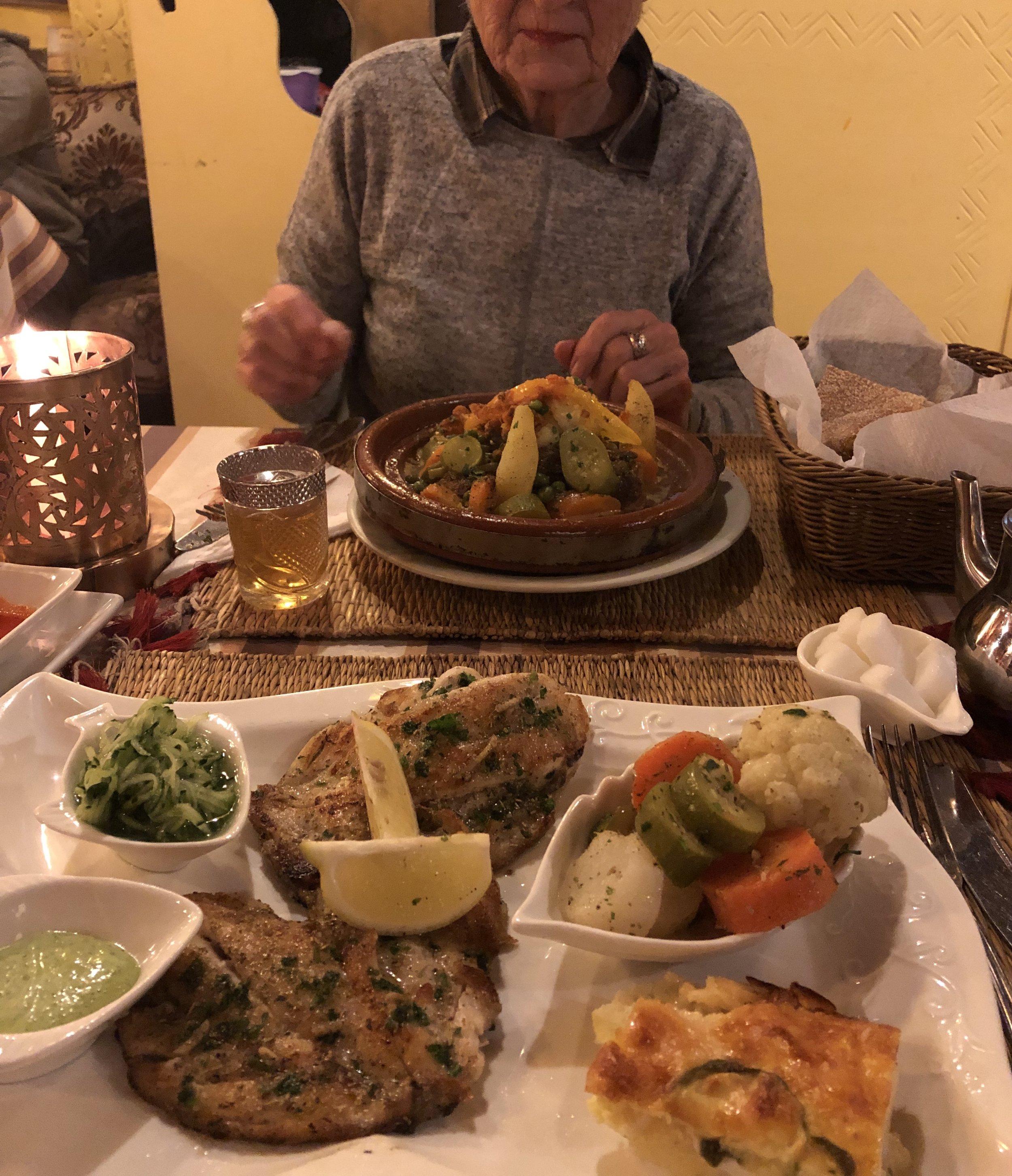 お友達になったNovaとエッサウィラ最後のディナー。彼女が選んだのは お肉のタジン。   私は魚のグリル。 モロッコ風にマリネした魚を焼いたもの。美味しかった。