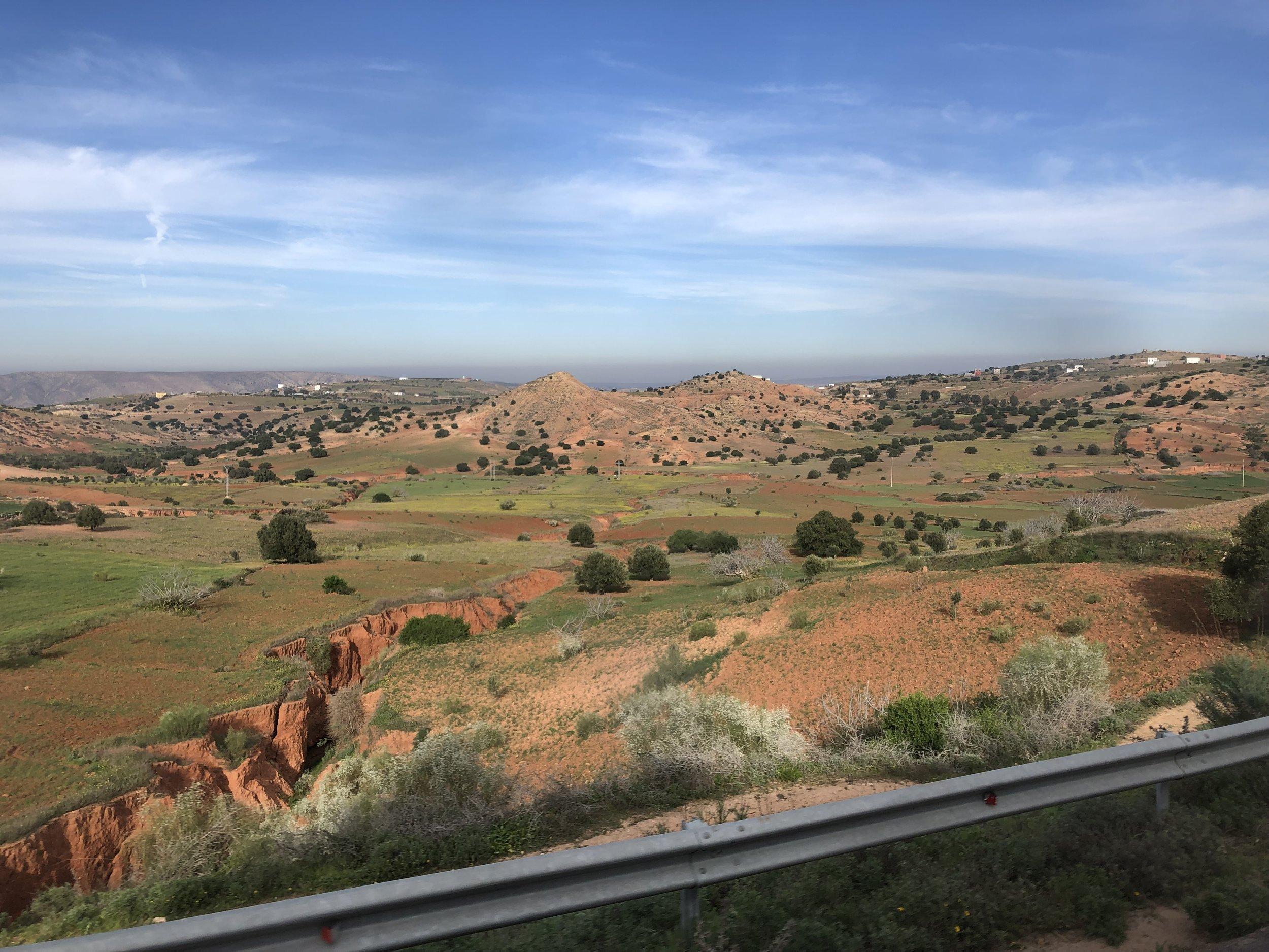 町から出るとこんな アリゾナみたいな景色ばかりのモロッコ 広い