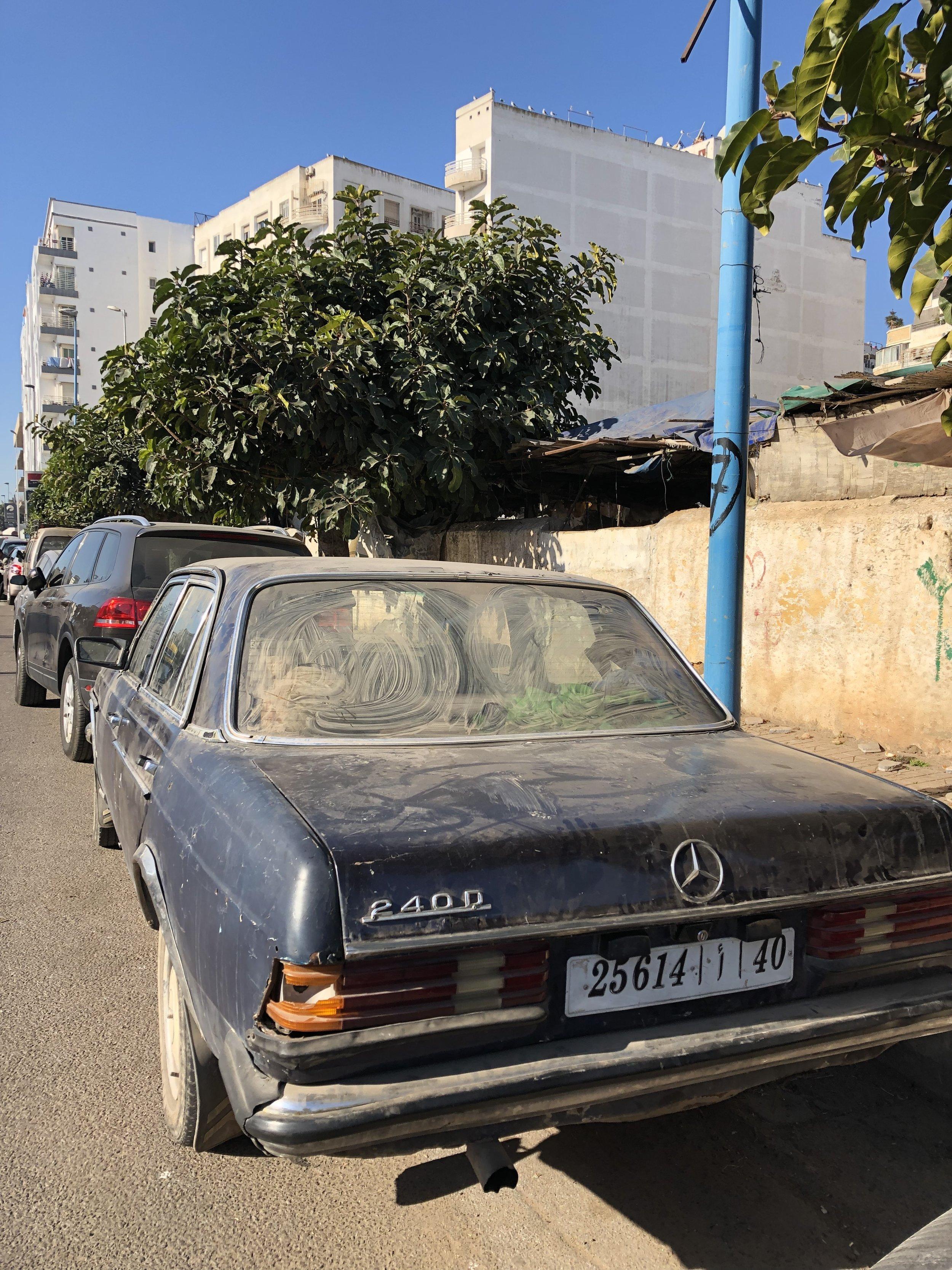 モロッコにはこの年代かこれより古いベンツがゴロゴロある。 タクシーはほぼベンツ。町によって違う色に塗られている。 これは普通に乗る用。